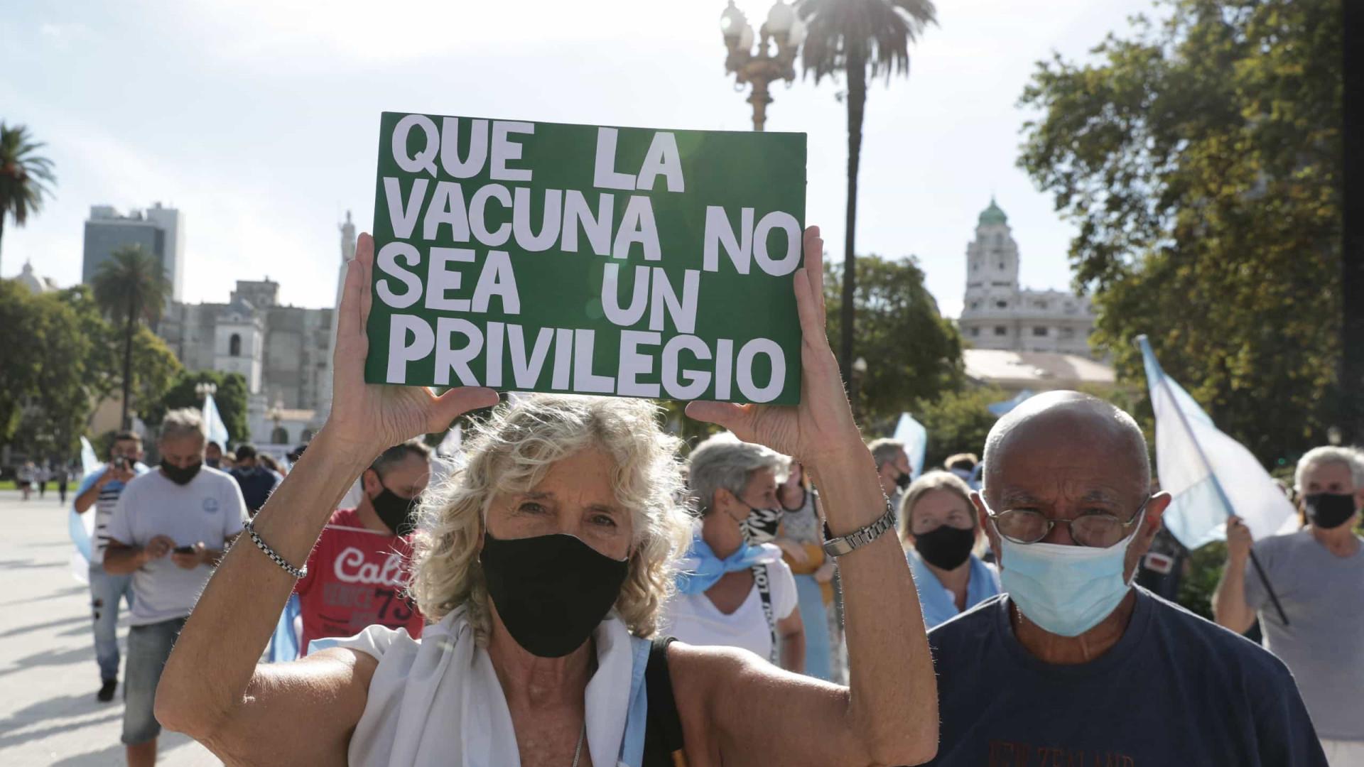 """Argentinos protestam em todo o país contra o escândalo da """"vacinação VIP"""""""