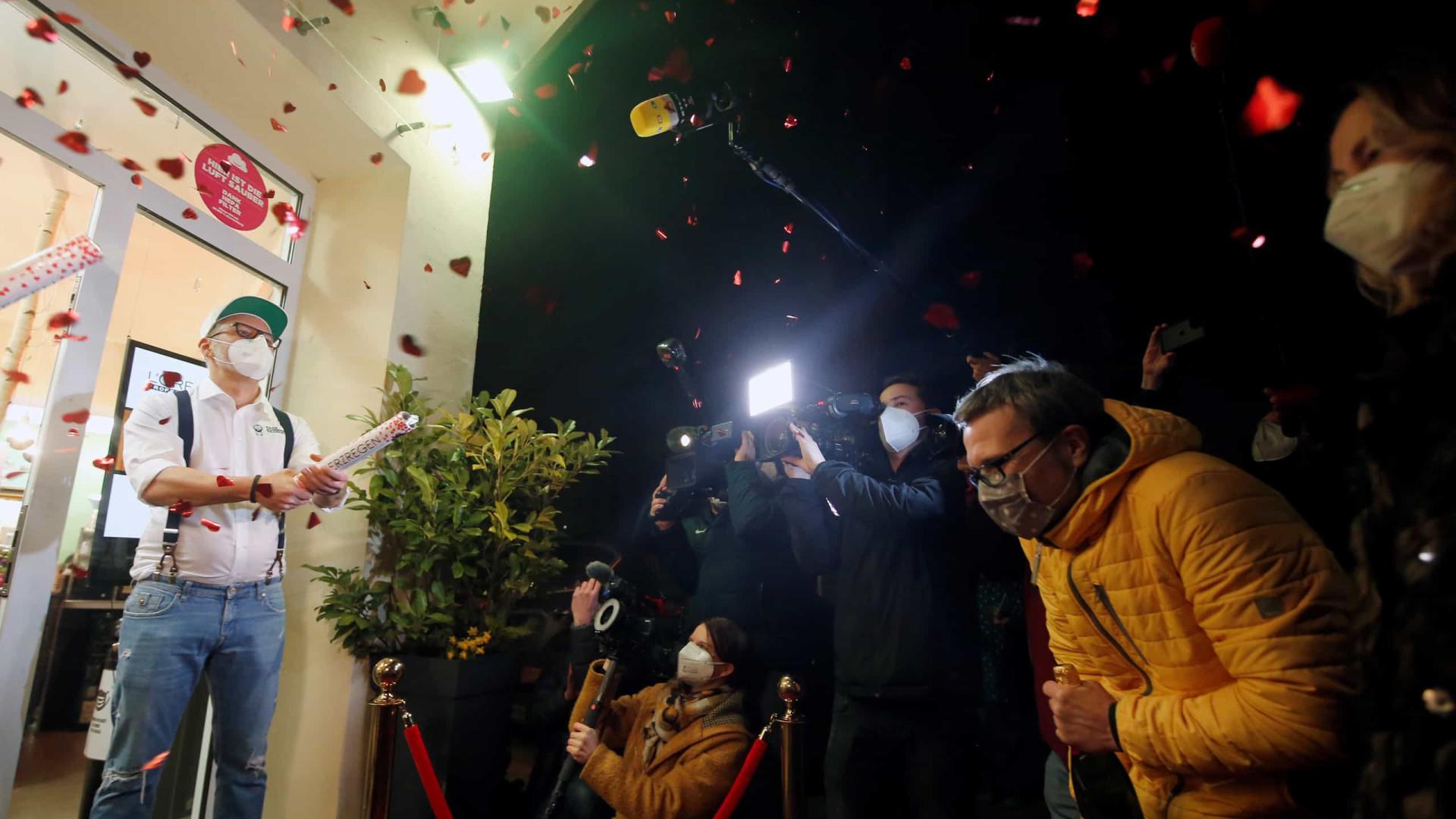 Da decoração aos confetis: Cabeleireiros e barbeiros reabrem na Alemanha