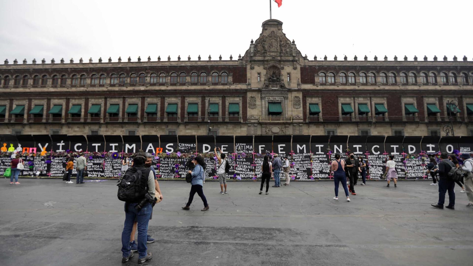 México. Barreira transformada em mural de homenagem a mulheres mortas