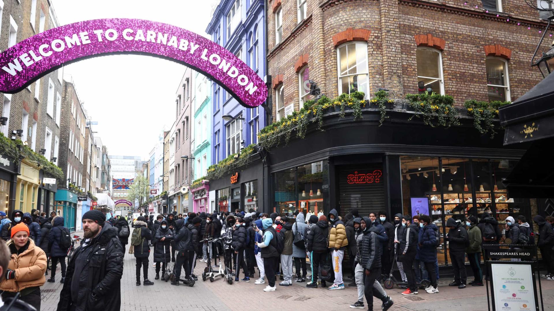 Pubs, lojas e ginásios voltam a abrir no Reino Unido... e já estão cheios