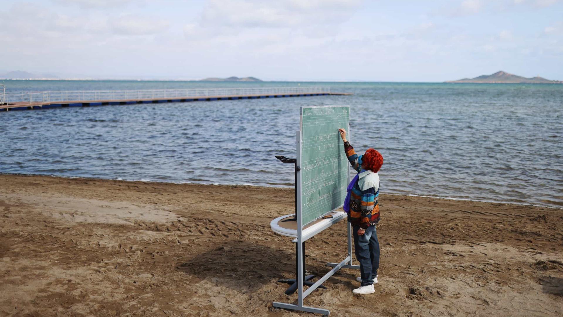 Em Espanha, alunos trocam a escola por salas de aulas... na praia