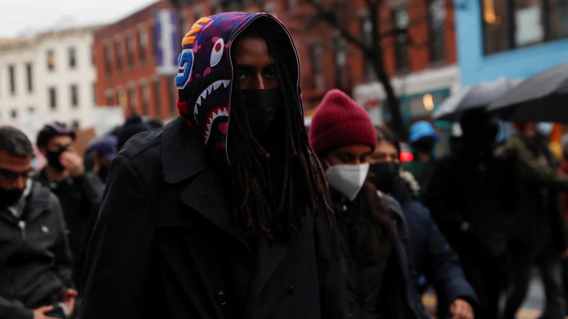 Manifestantes desafiam recolher obrigatório após morte de jovem negro