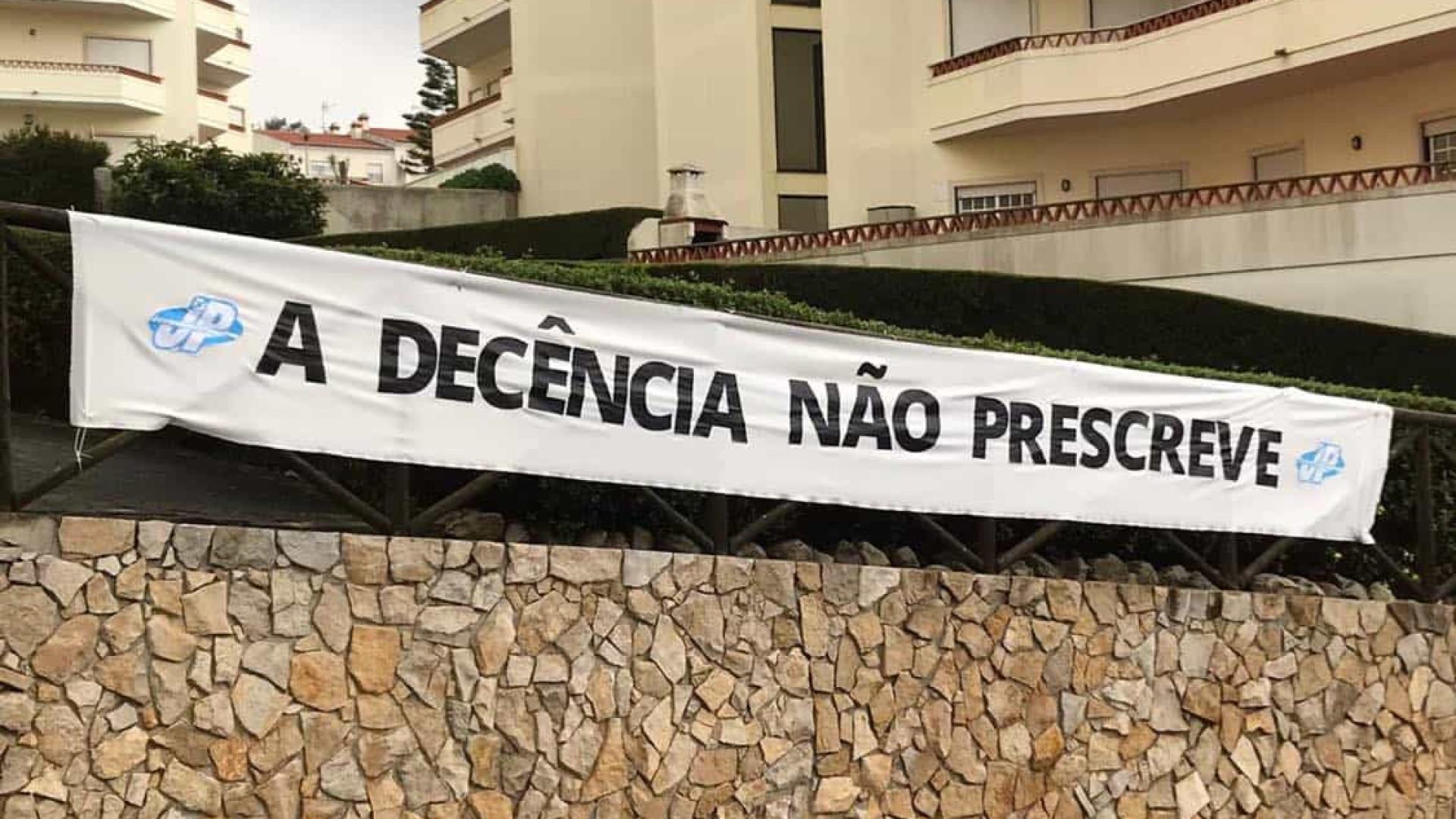 """""""A decência não prescreve"""". JP coloca faixa junto a casa de José Sócrates"""