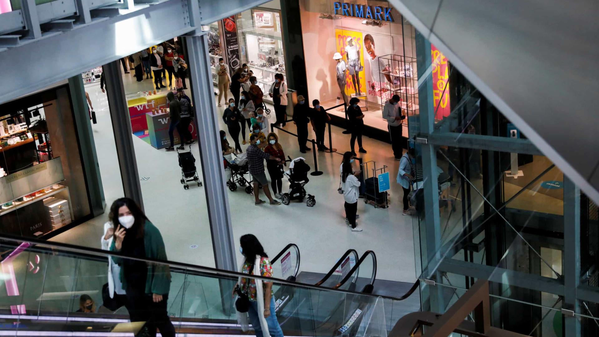 Filas à porta. Centros comerciais abriram e muitos disseram 'presente'