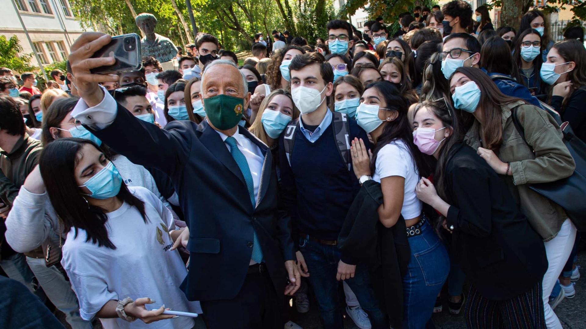 Marcelo e as selfies em escola do Porto no Dia da Língua Portuguesa