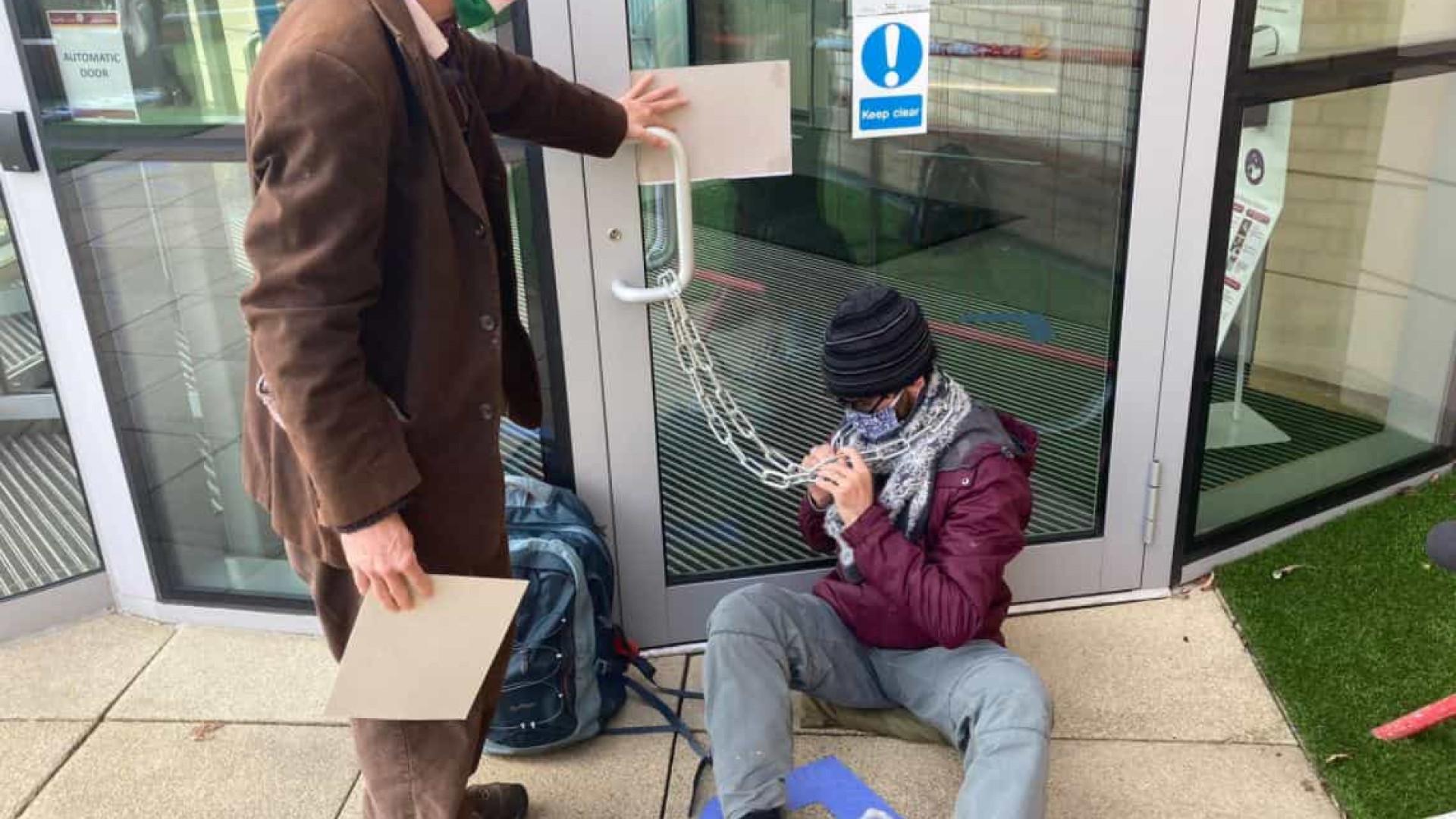 Ativistas bloqueiam entrada da AstraZeneca em protesto contra patentes