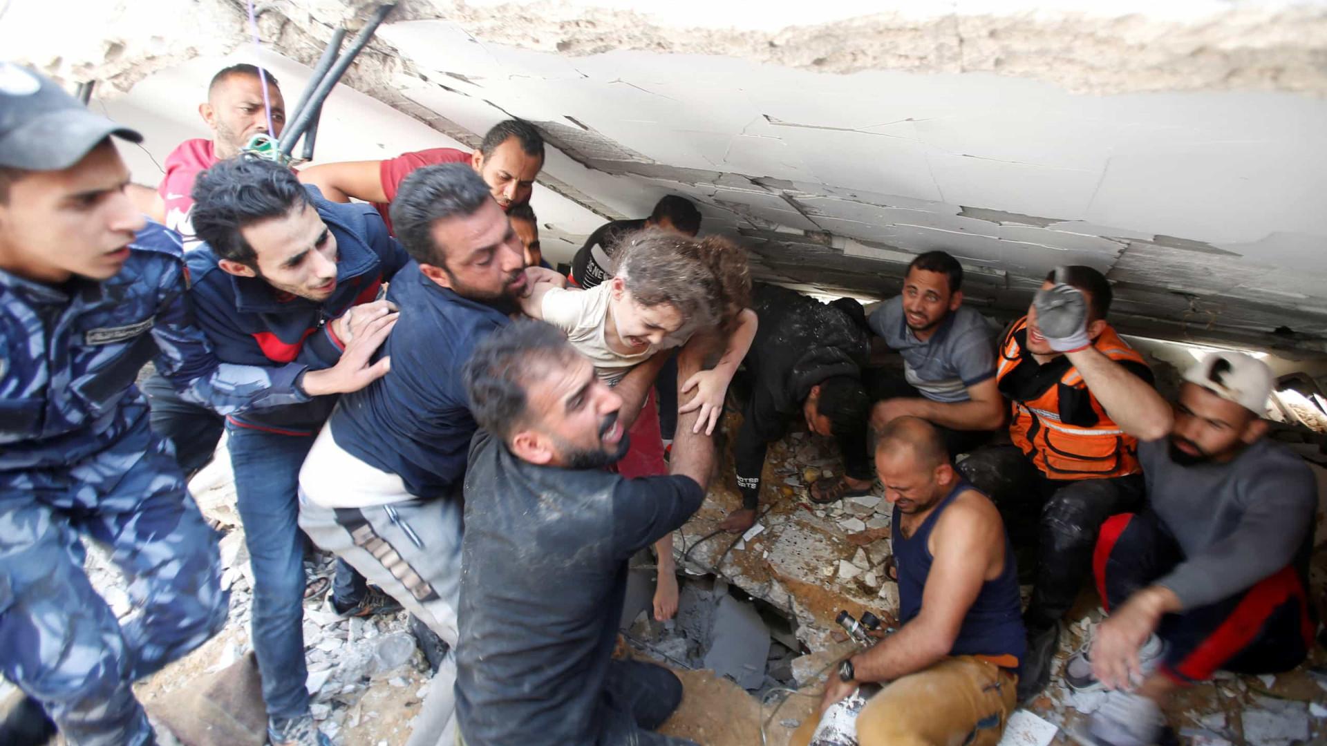 Palestiniana de 6 anos retirada de escombros onde mãe e irmãos morreram