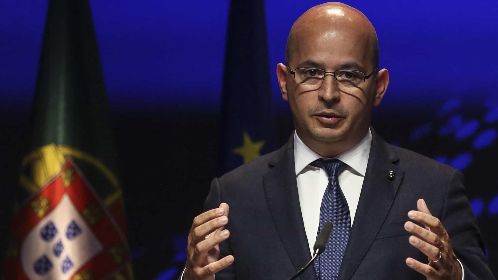 Crise e dois orçamentos marcam primeiro ano de Leão à frente das Finanças