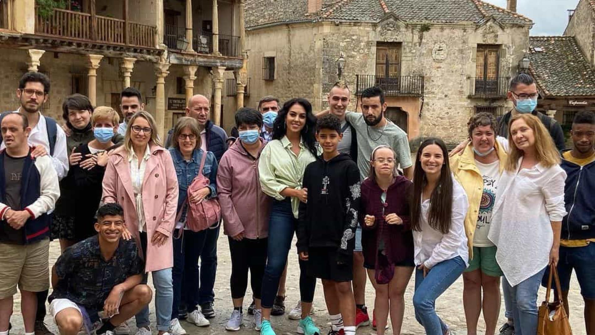 Filho de Ronaldo partilha festa de aniversário com meninos de associação