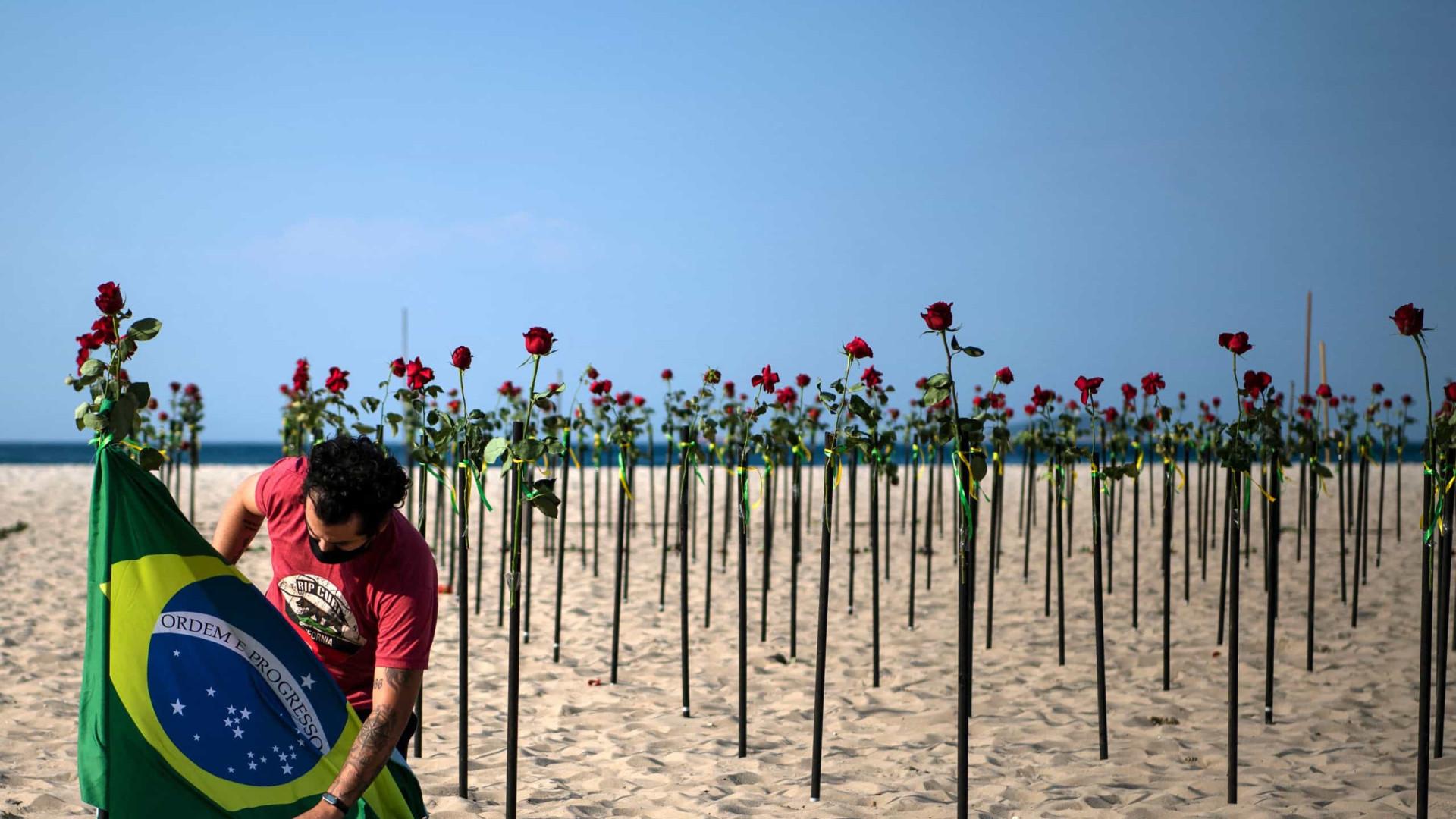 Um roseiral na praia e uma capa em branco para lembrar 500 mil mortos