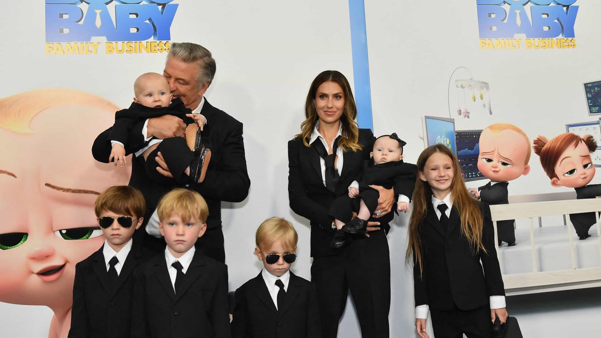 Alec e Hilaria Baldwin combinam look com os seis filhos em evento