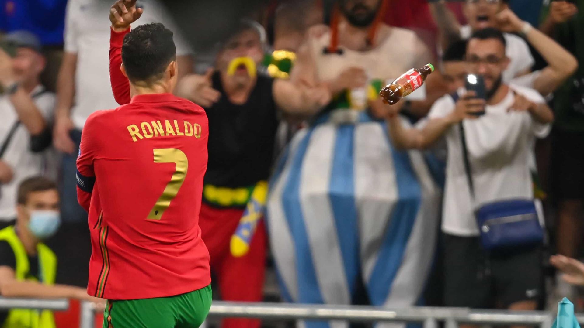 Cristiano Ronaldo 'bombardeado' com água e até... Coca-Cola em Budapeste