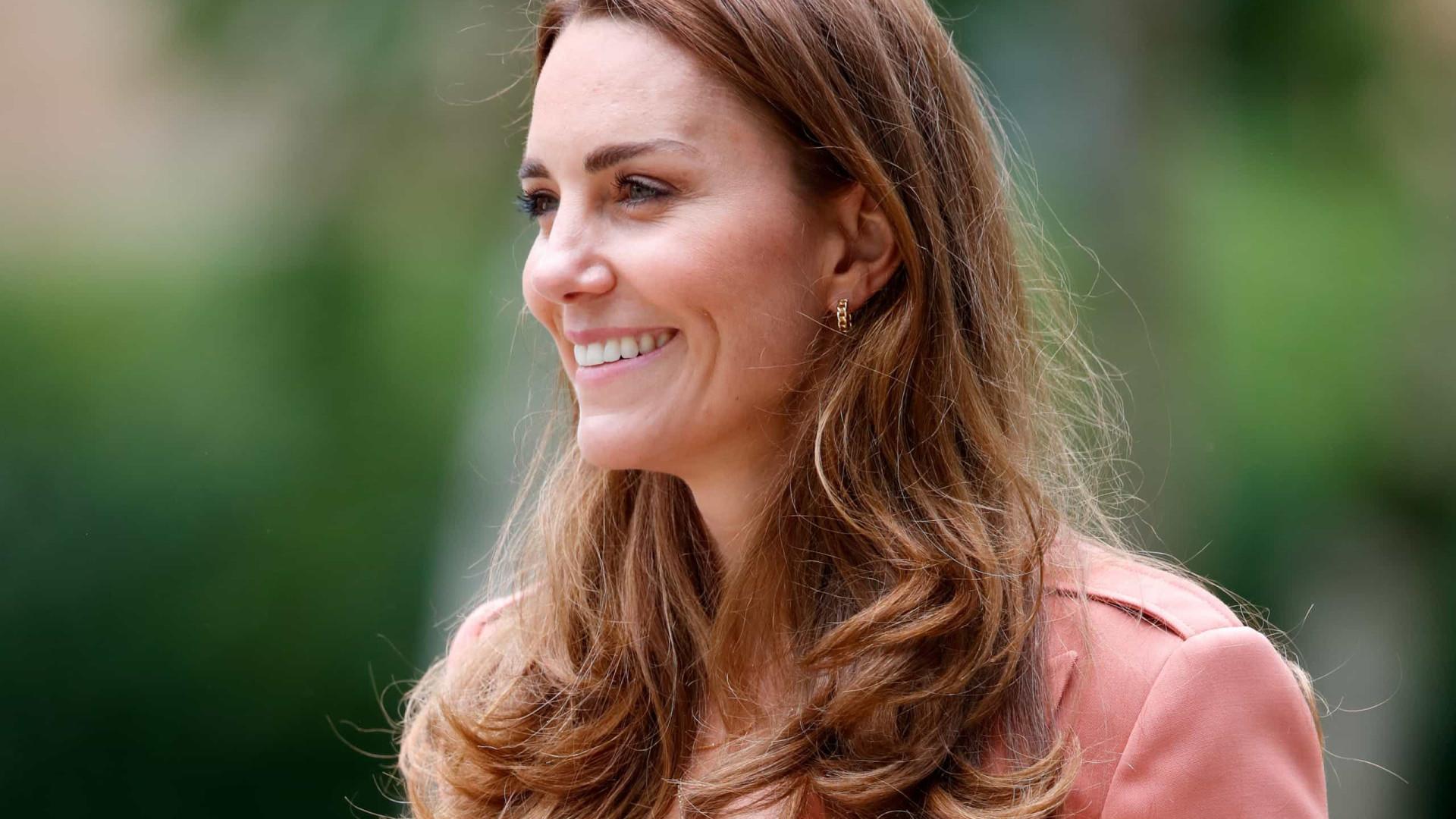 Calças de ganga e blazer. A combinação perfeita usada por Kate Middleton