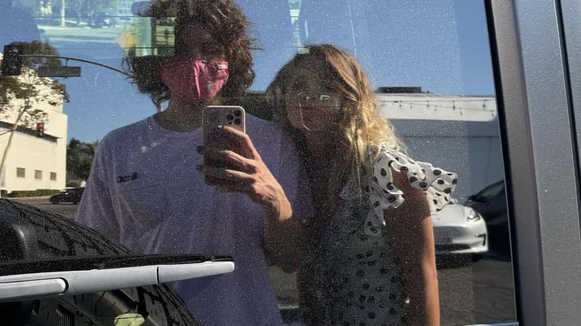 Filho de Mick Jagger posa com meia-irmã em Los Angeles