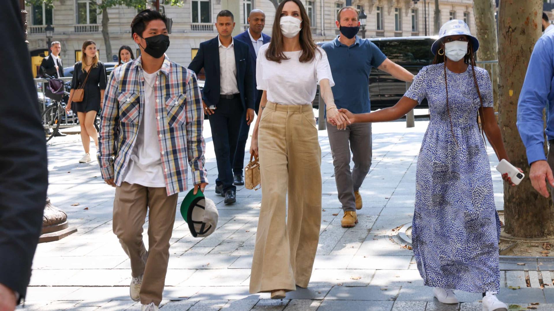 Angelina Jolie passeia com os filhos em lojas de luxo de Paris