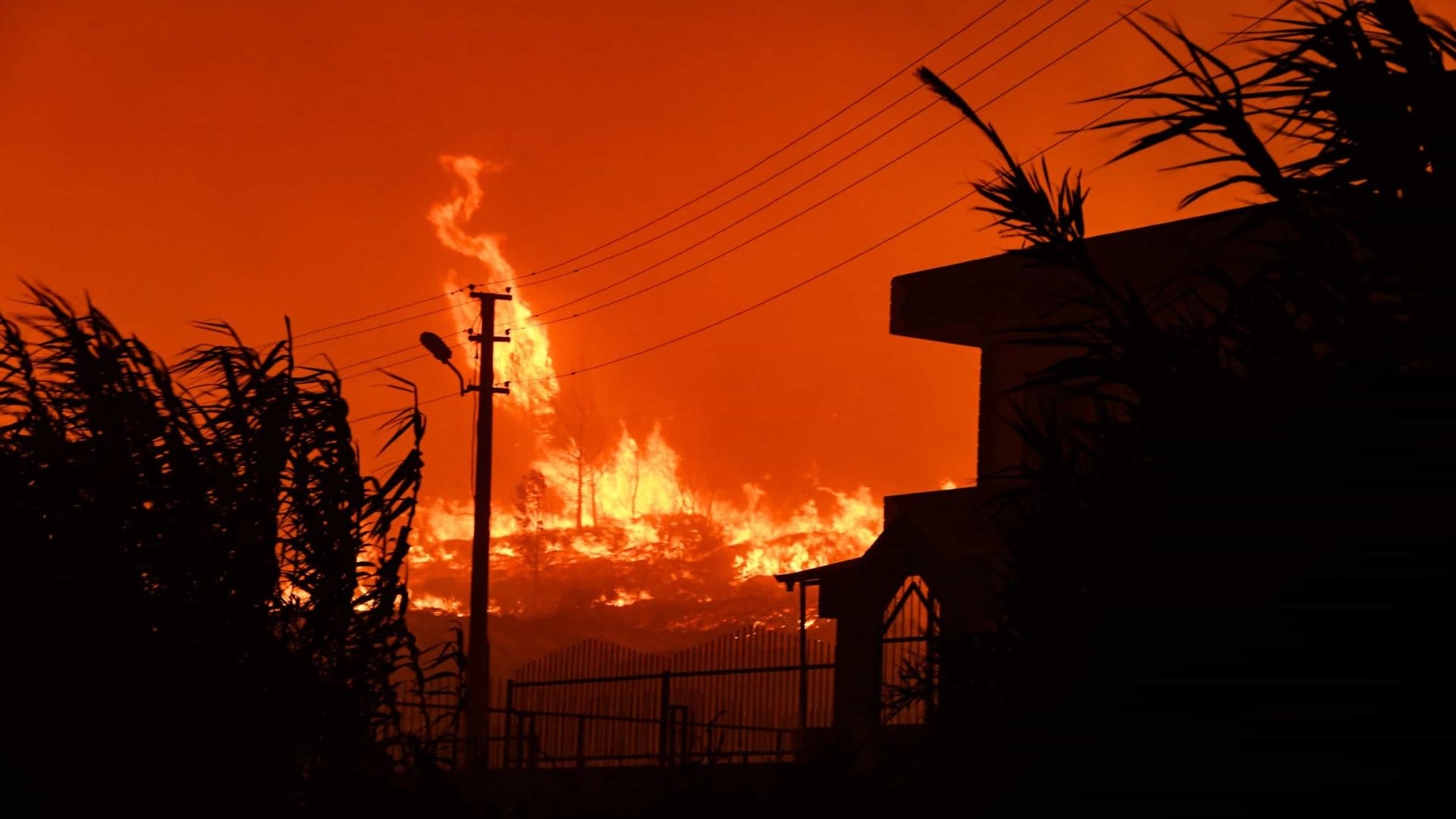Vaga de calor no sudeste da Europa agrava incêndios e obriga a alertas