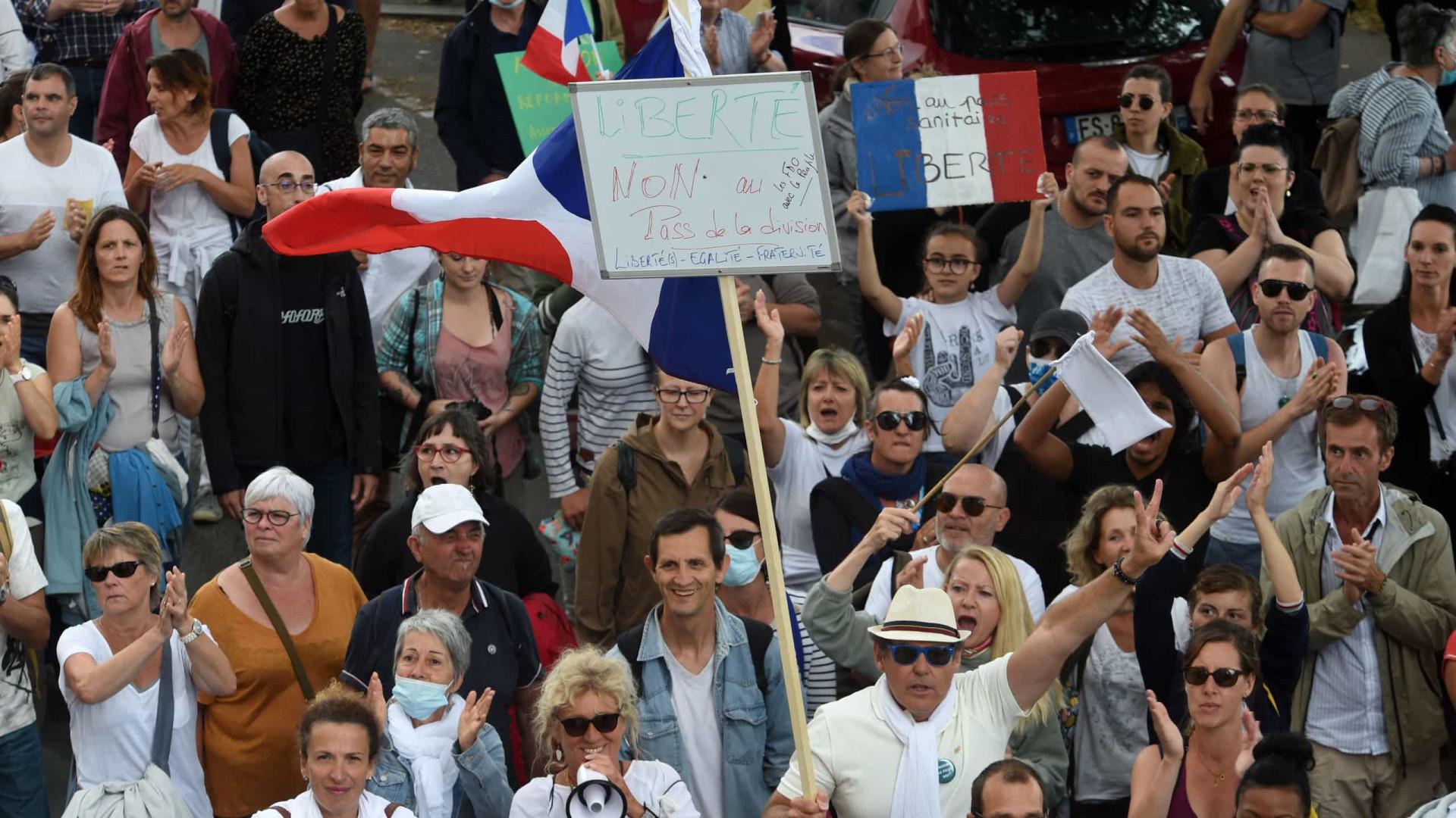 Mais de 200 mil manifestantes em França contra passe sanitário