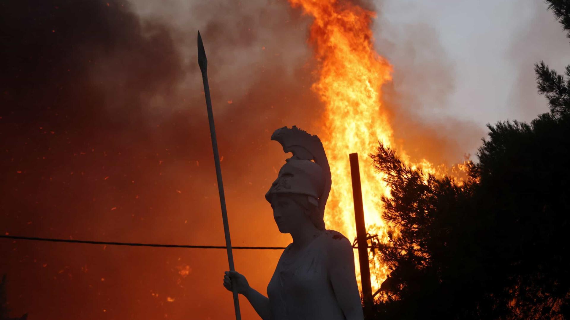 Subúrbios de Atenas sofrem noite devastadora devido a incêndios