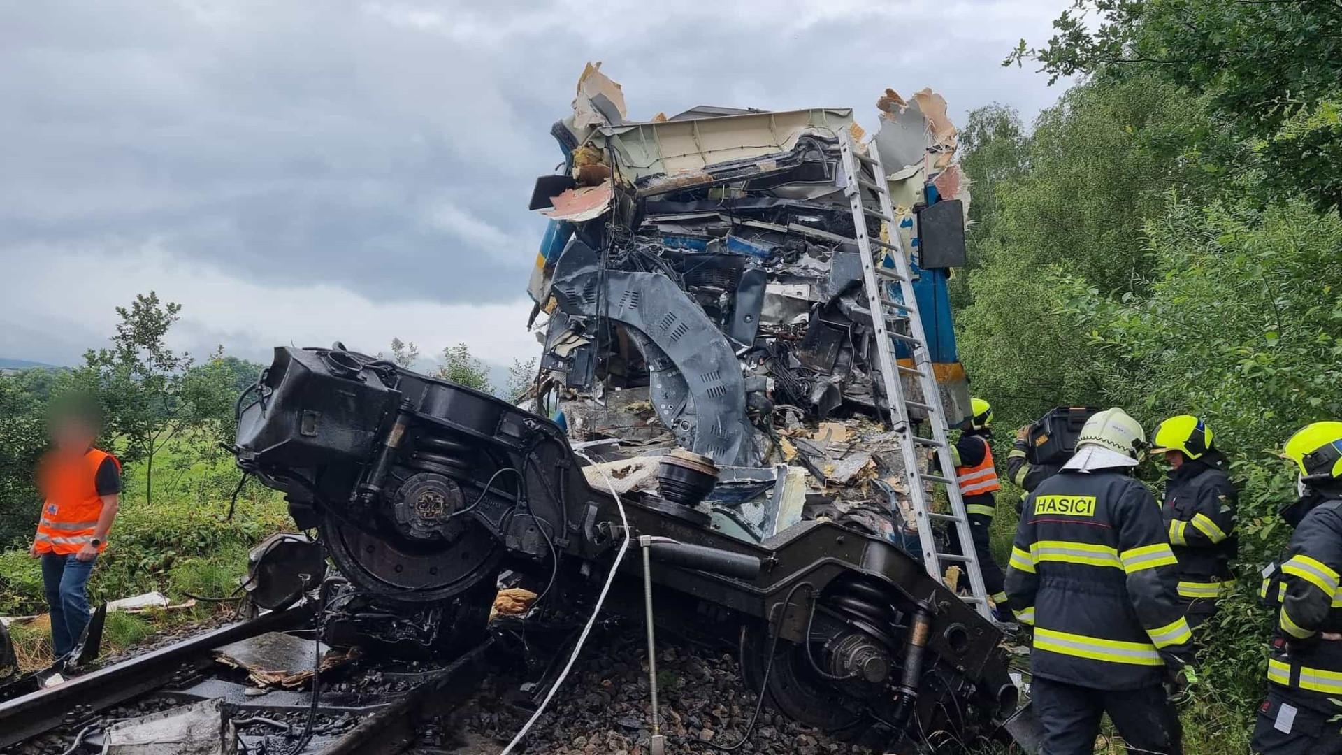 Choque entre dois comboios faz pelo menos três mortos na República Checa