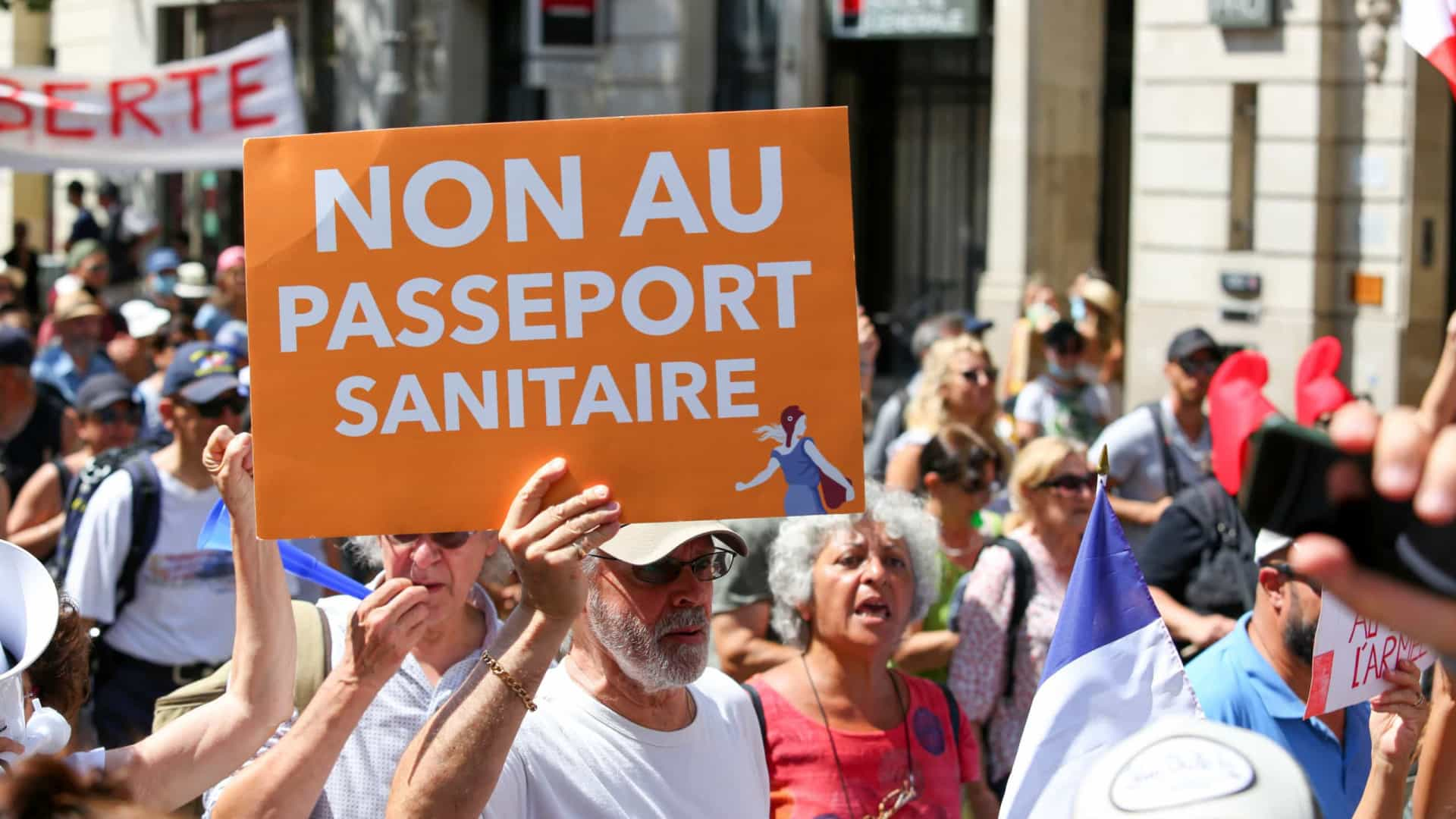 Mais de 40 mil pessoas protestaram contra passe sanitário em França