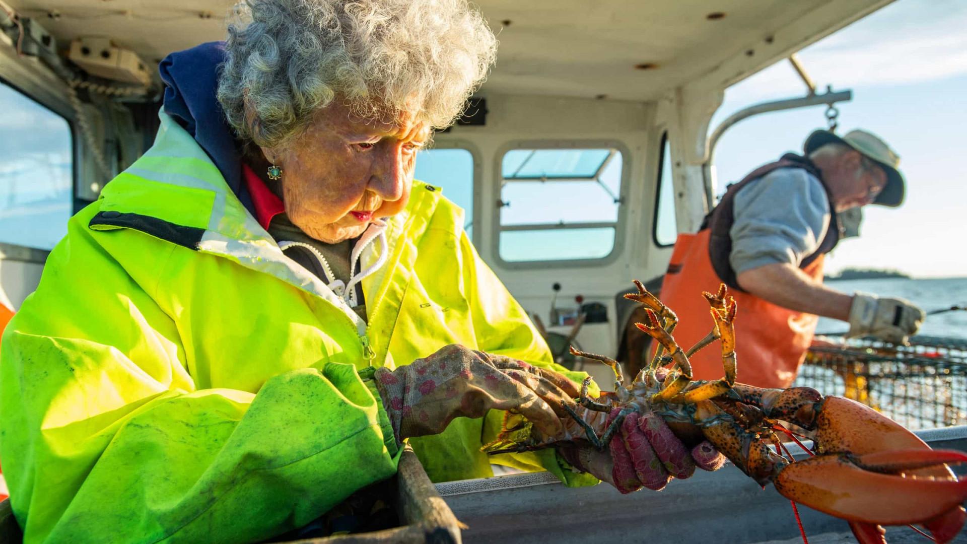 Tem 101 anos e continua a sair para o mar para pescar lagostas