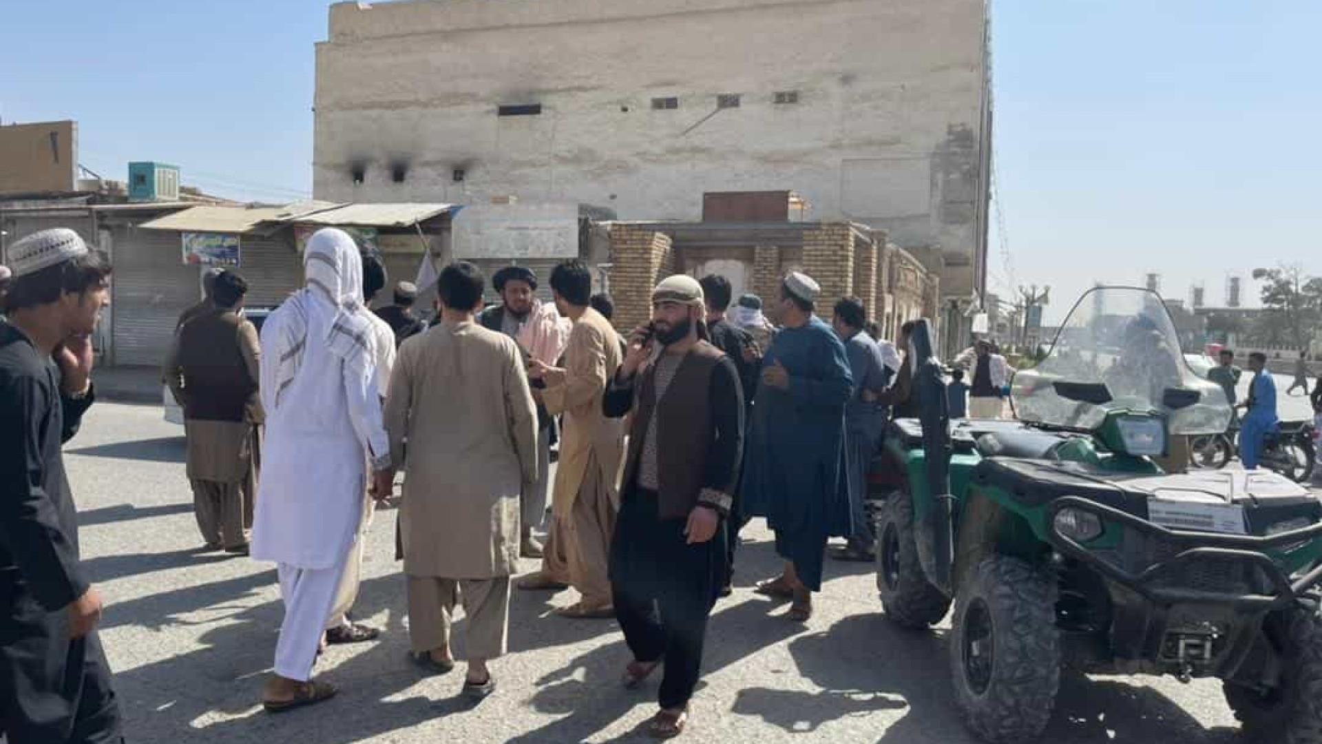 Explosão em mesquita afegã fez mais de 30 mortos e vários feridos
