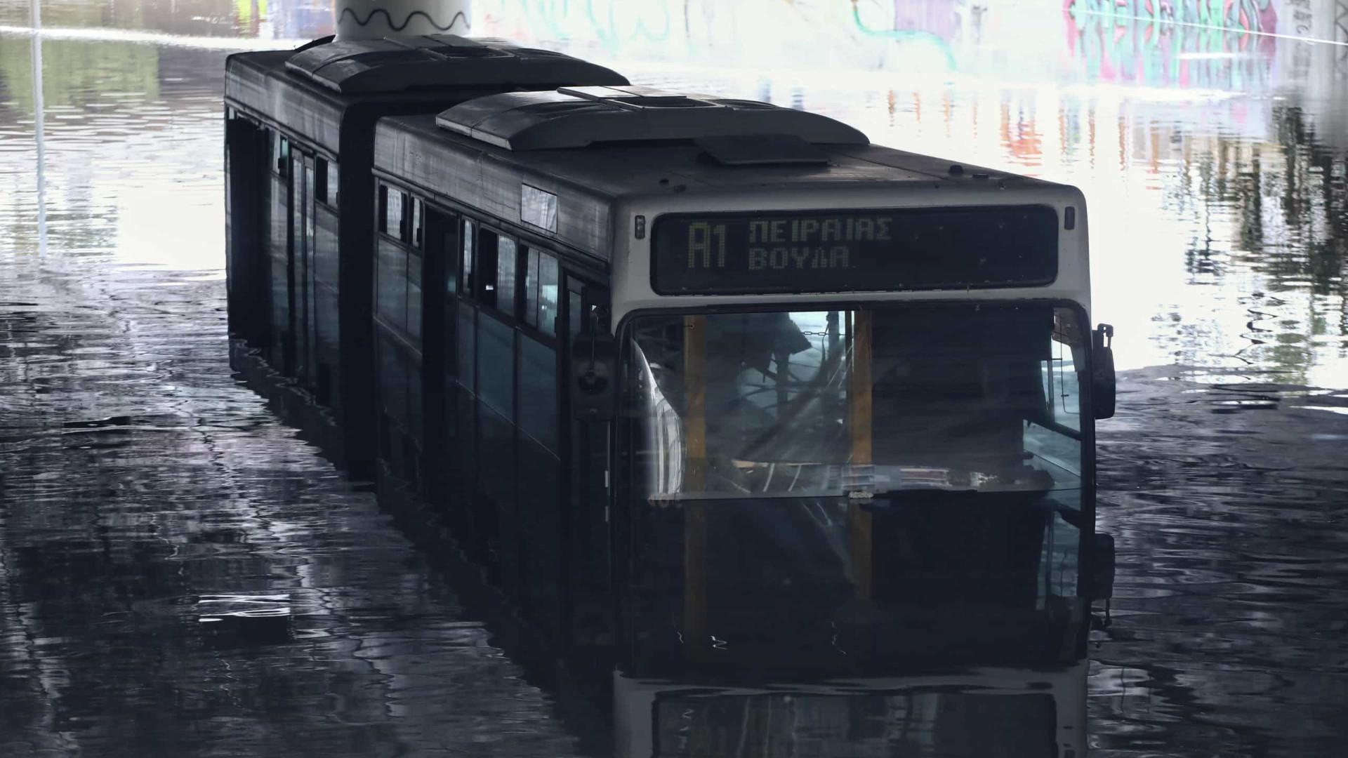 Escolas e serviços públicos encerrados em Atenas devido a inundações