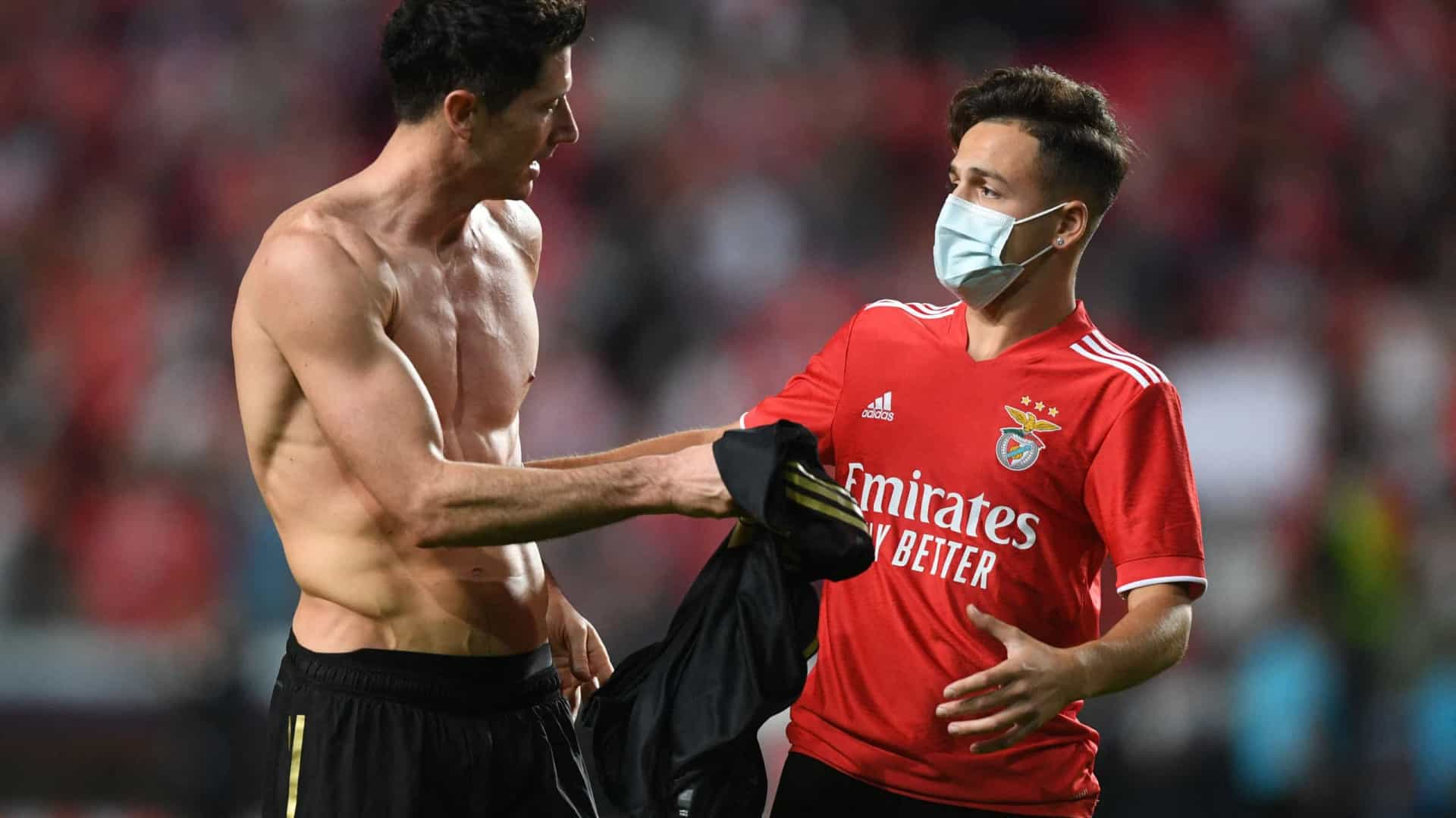 Um presente memorável: Lewandowski ofereceu camisola a adepto do Benfica