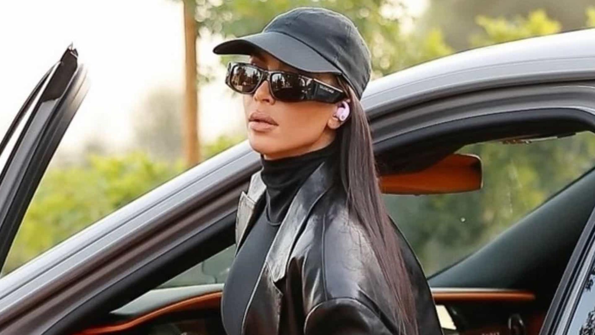 Kim Kardashian foi vista a usar novos phones sem fios da Beats