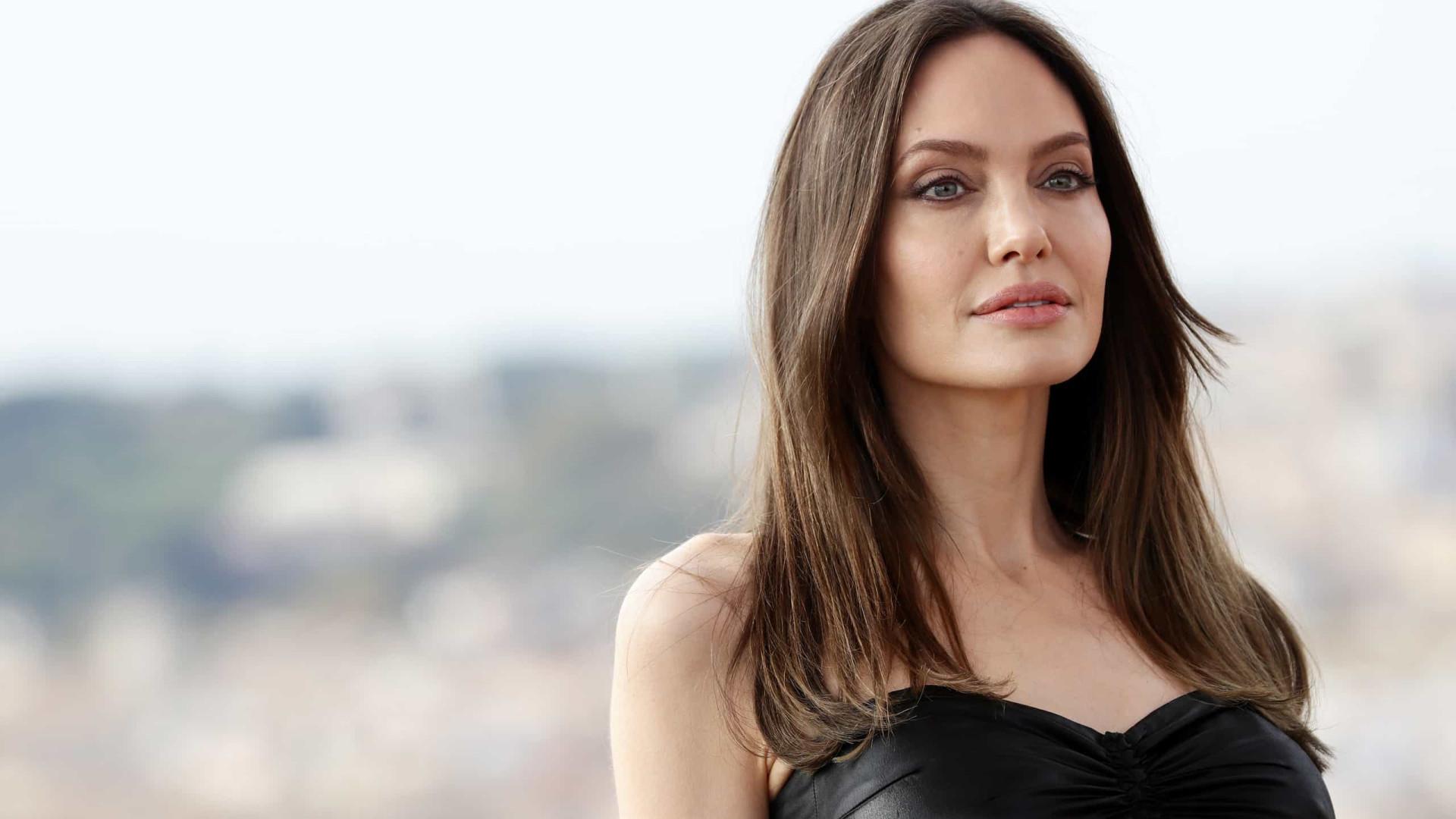 Angelina Jolie redime-se de 'erro' em red carpet com vestido sensual