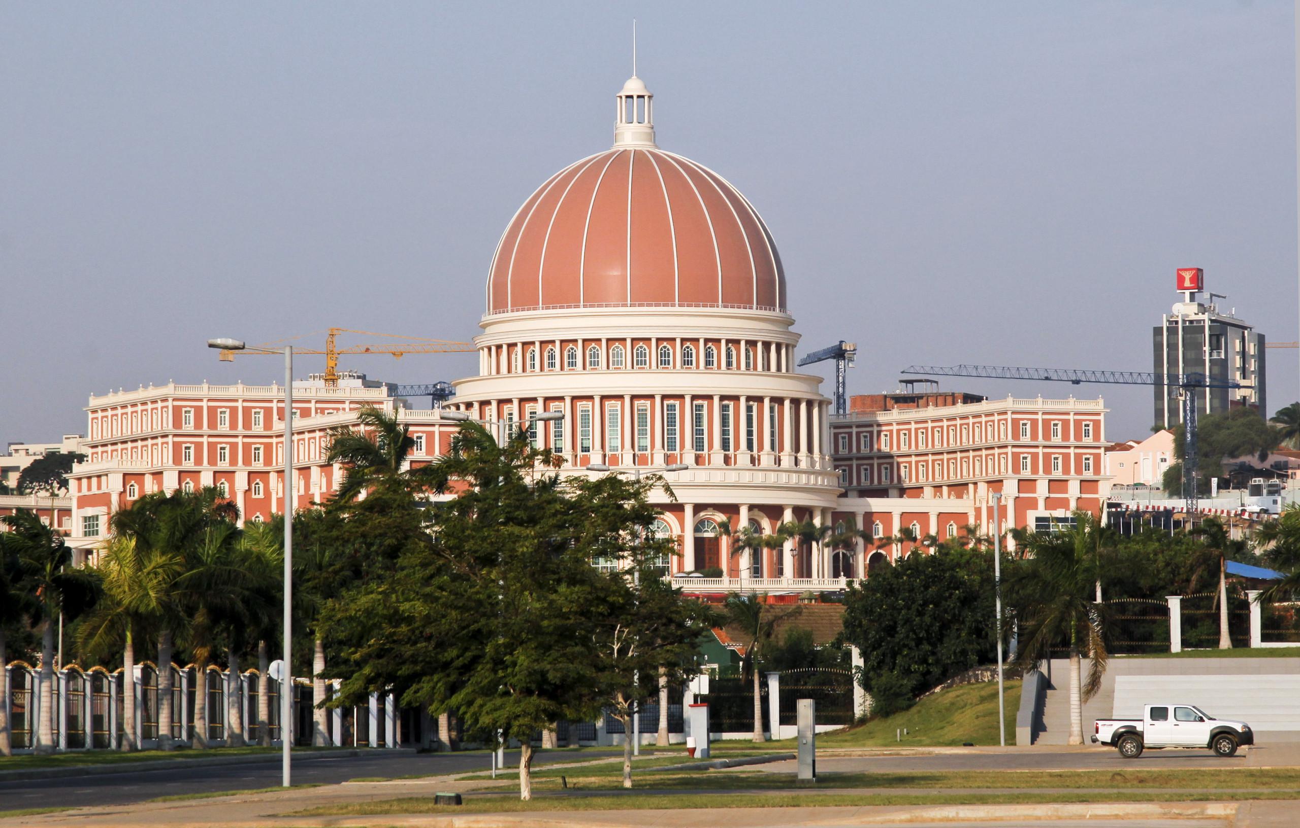 Ativistas manifestam-se junto a parlamento de Angola a pedir autárquicas