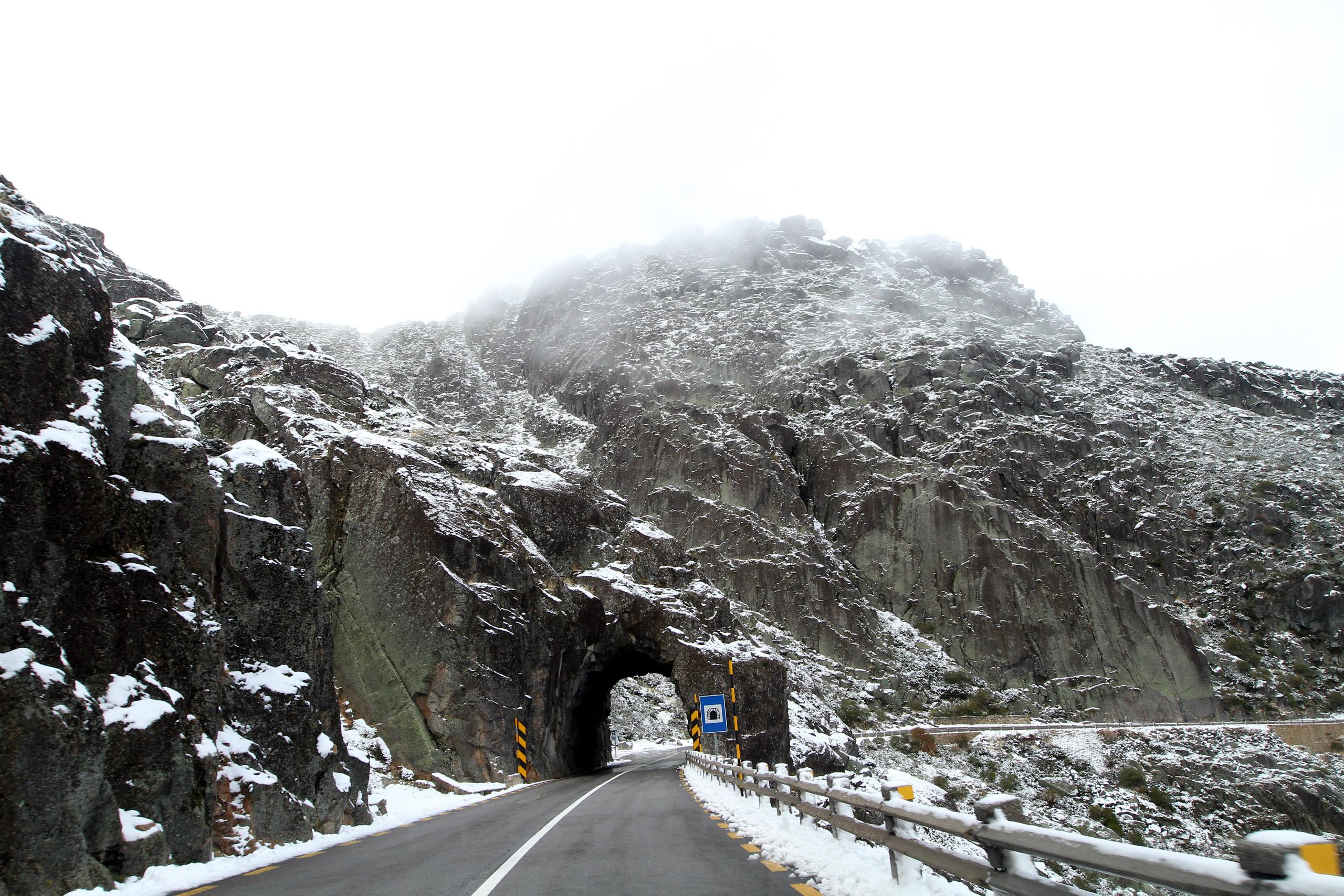 Neve fecha estradas na serra da Estrela