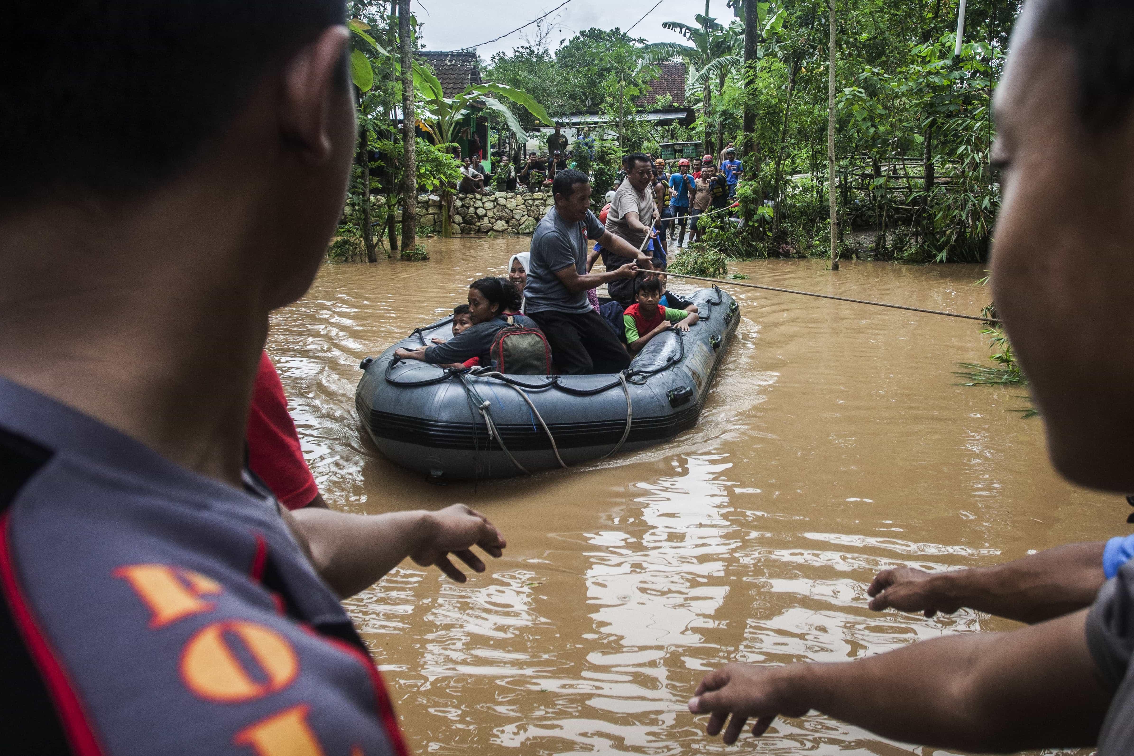 Pelo menos 42 mortos e 21 feridos em inundações na Indonésia