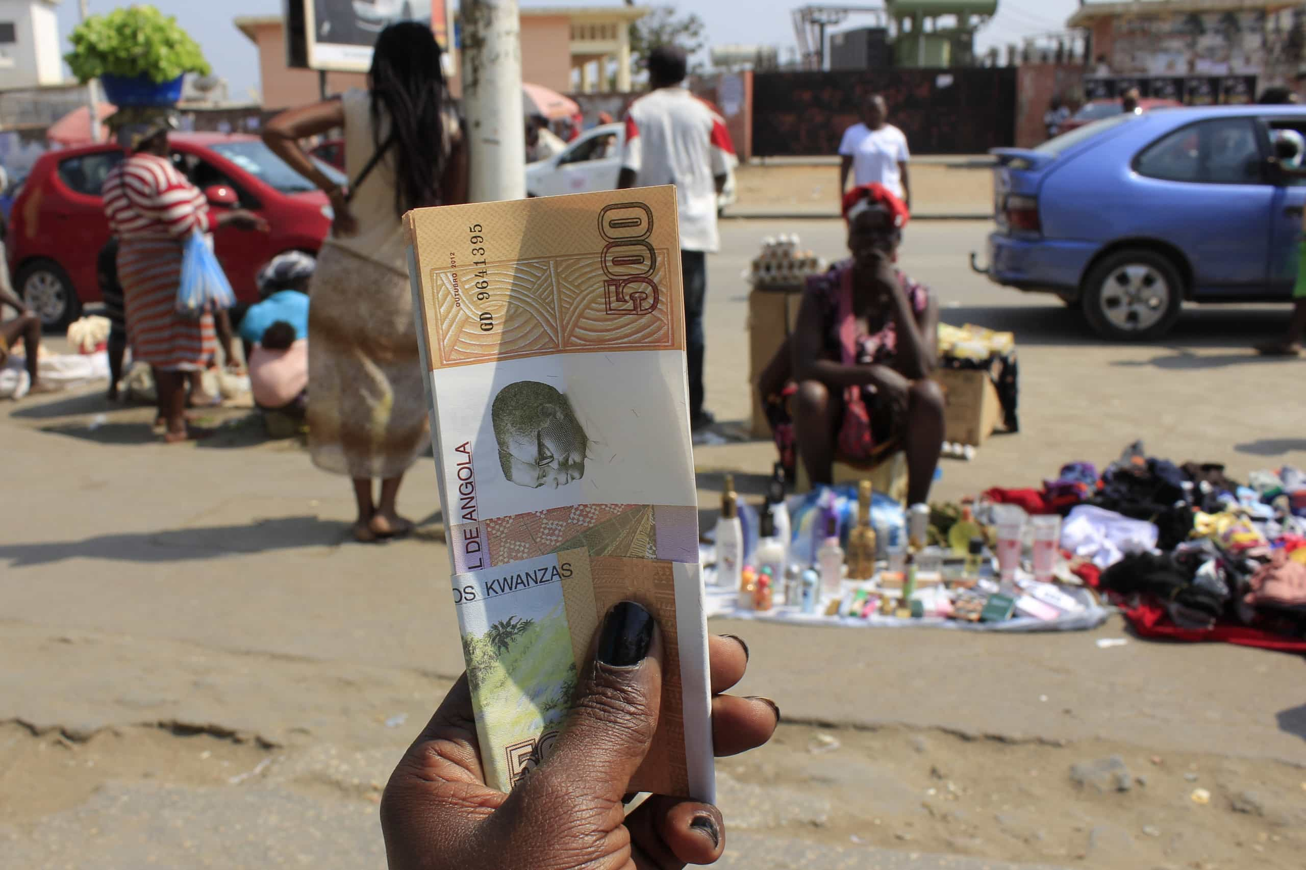 Moeda angolana depreciada frente ao euro e inalterável face ao dólar