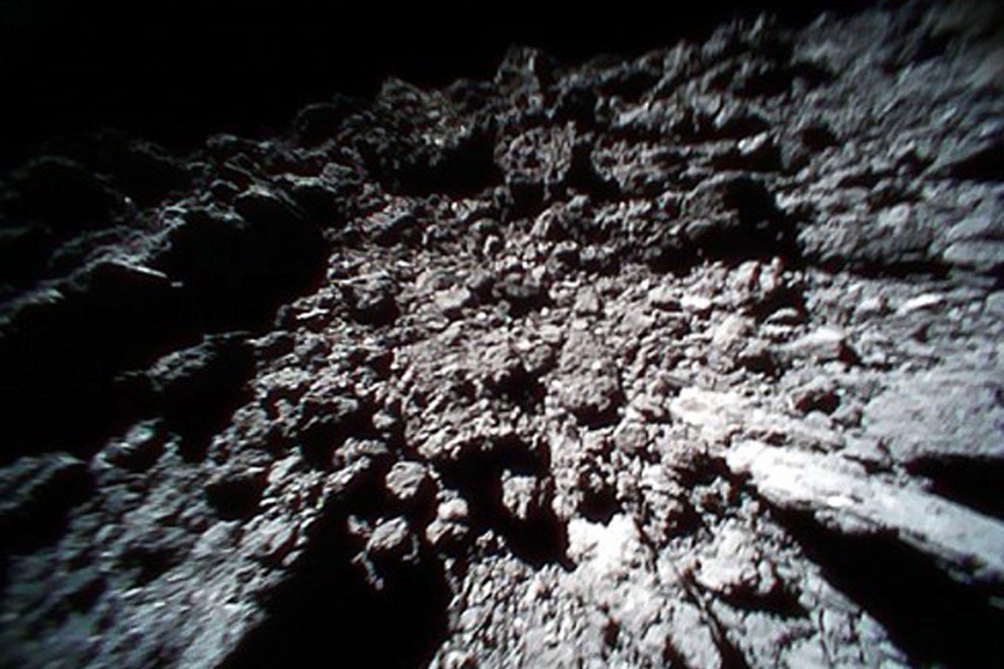 Sonda japonesa deverá aterrar amanhã num asteroide para recolher amostras
