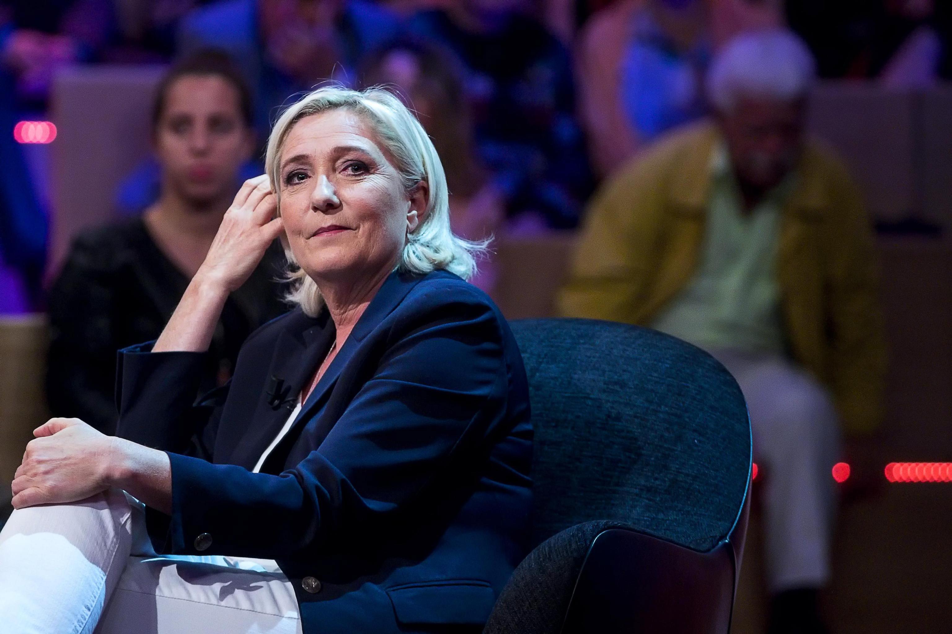 Le Pen acusada de desvio de fundos públicos em contratação fictícia