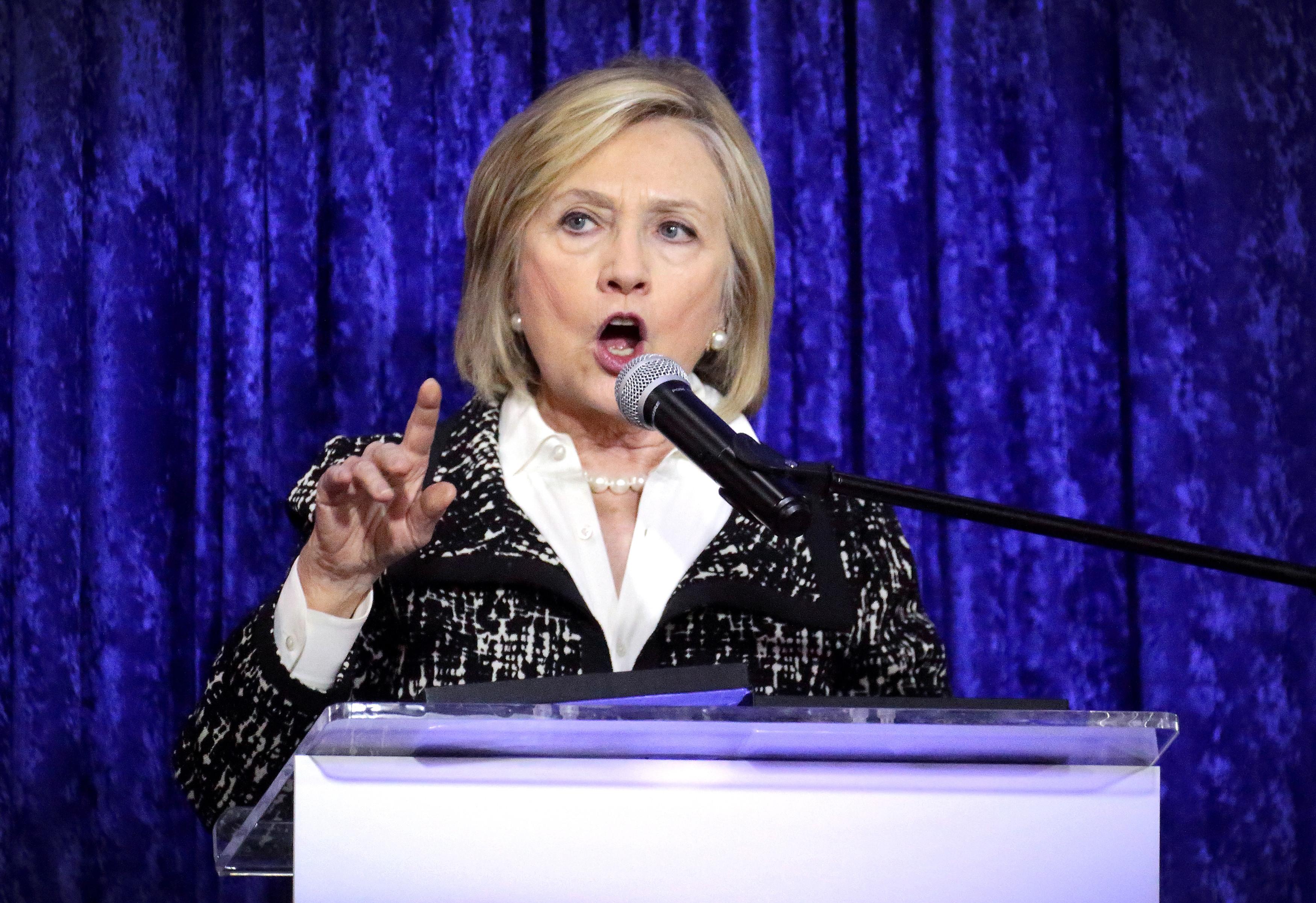 """Hillary Clinton diz que Assange """"tem de responder pelo que fez"""""""
