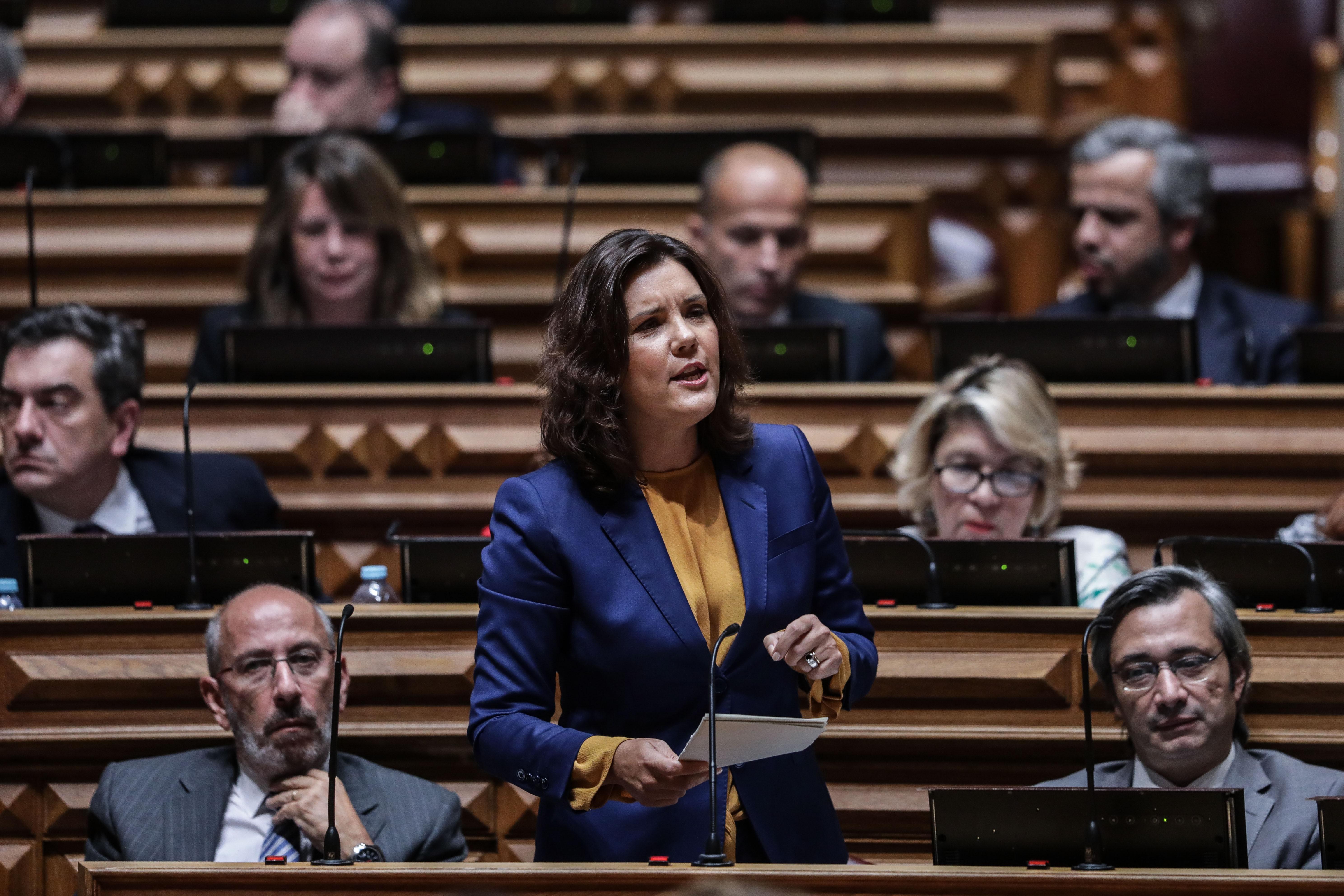 """Cristas acusa Costa de """"cobardia política"""" e apelida-o de """"fraco"""""""