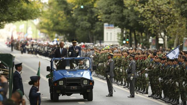 Miúdos e graúdos foram à Avenida da Liberdade assistir ao desfile militar