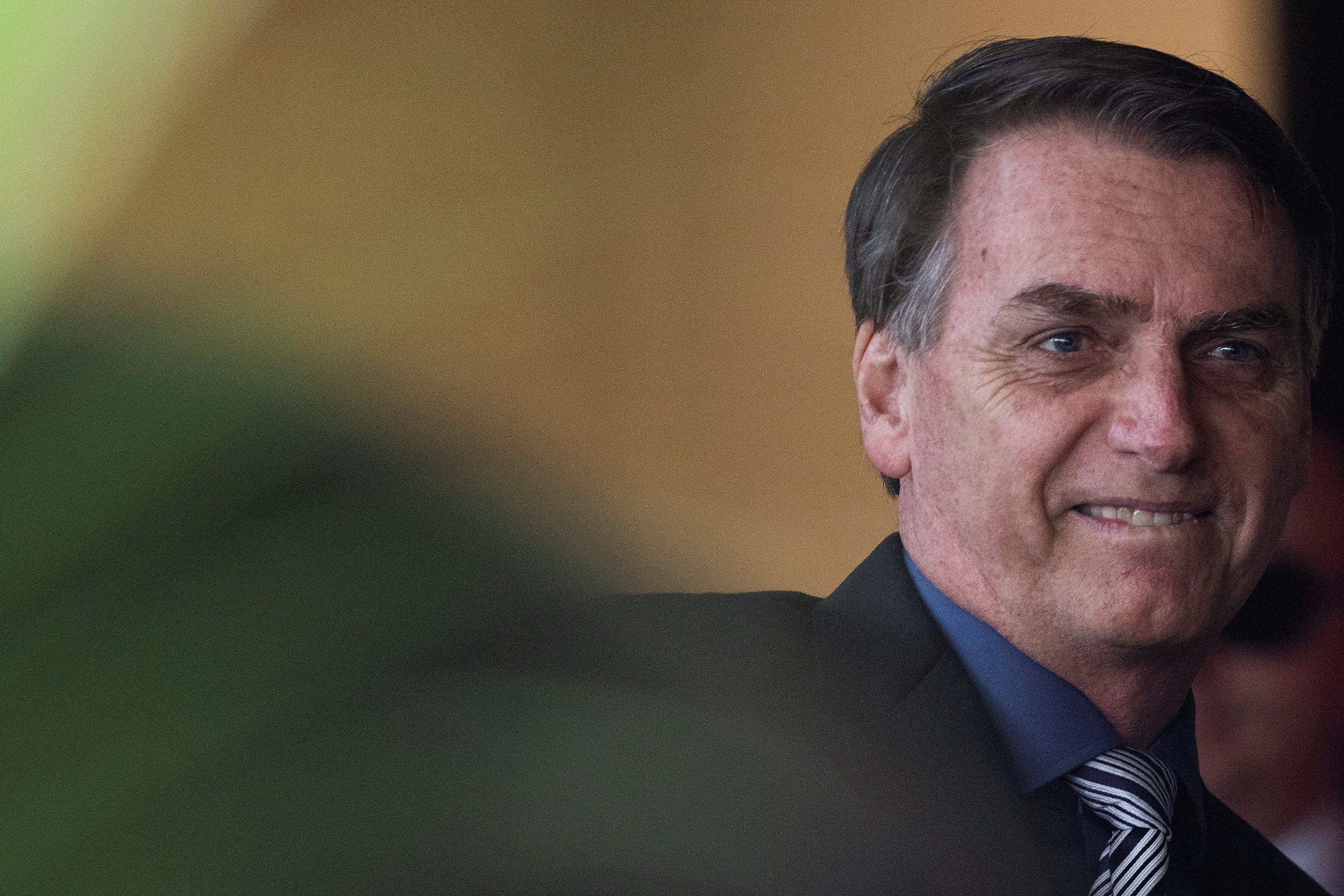 """Bolsonaro quer cortar """"no mínimo"""" 30% dos cargos políticos nos bancos"""