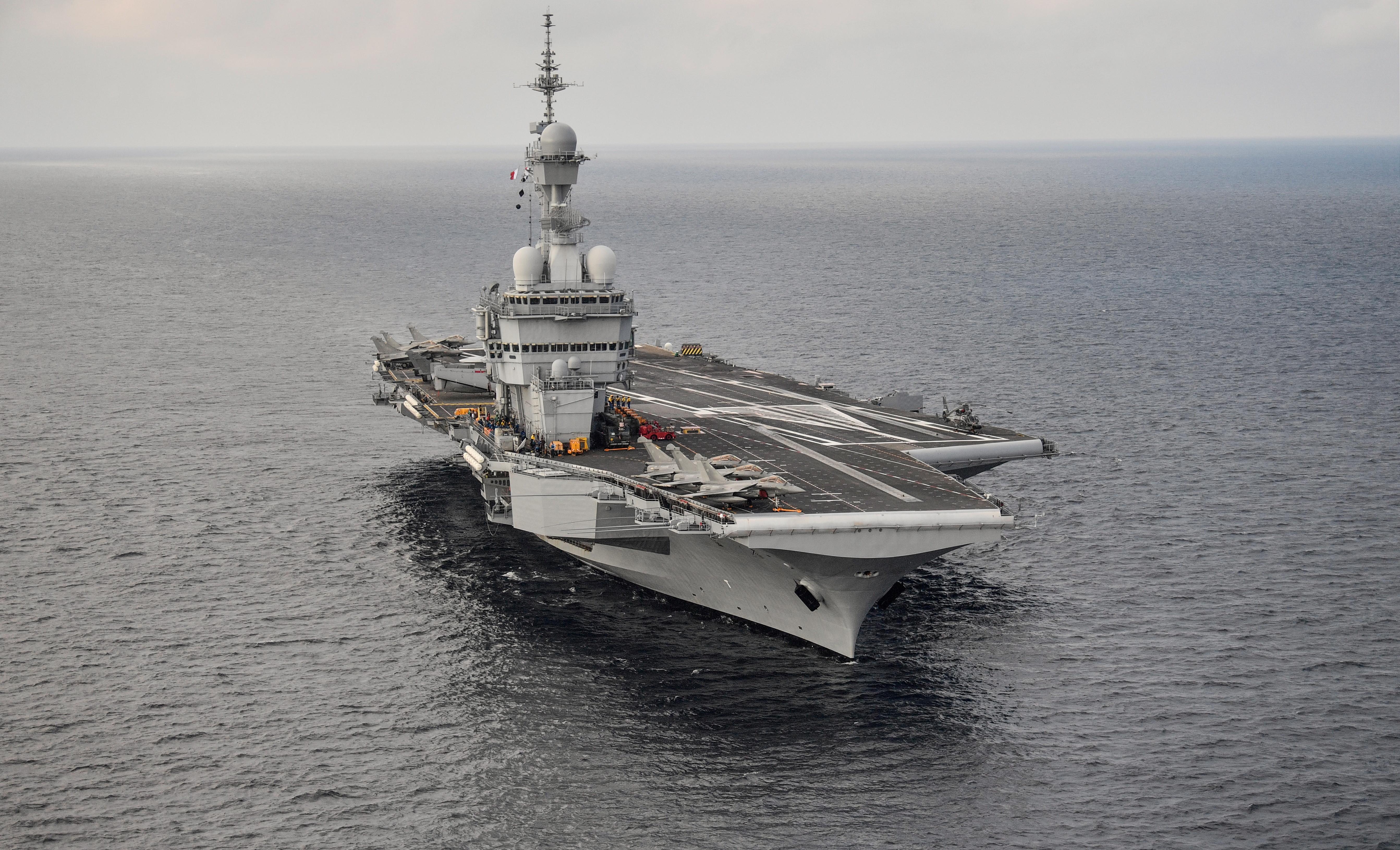 Fragata portuguesa escolta porta-aviões francês em missão no Mediterrâneo