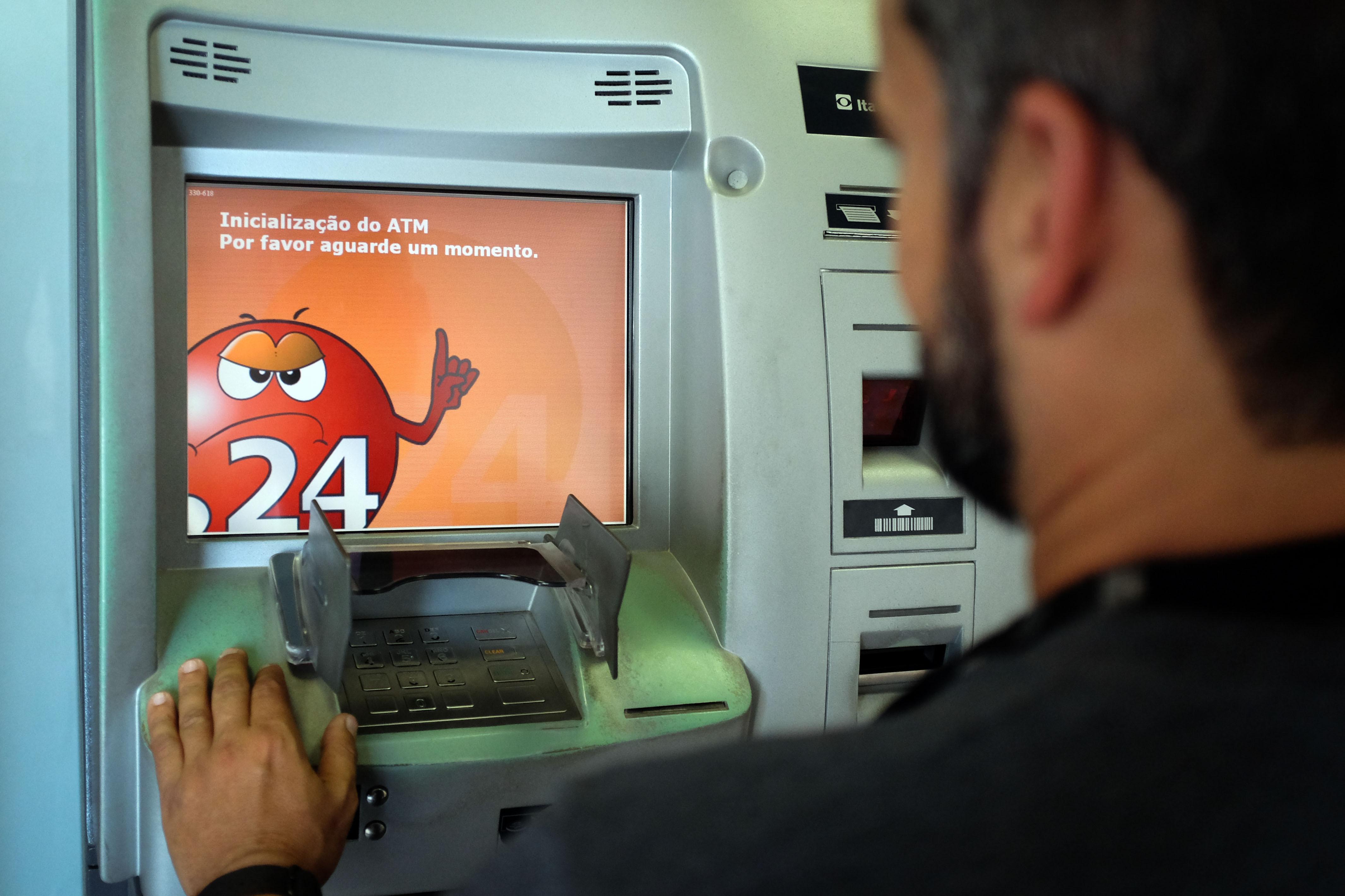 Moçambique tenta viver sem cartões bancários mas negócios ressentem-se