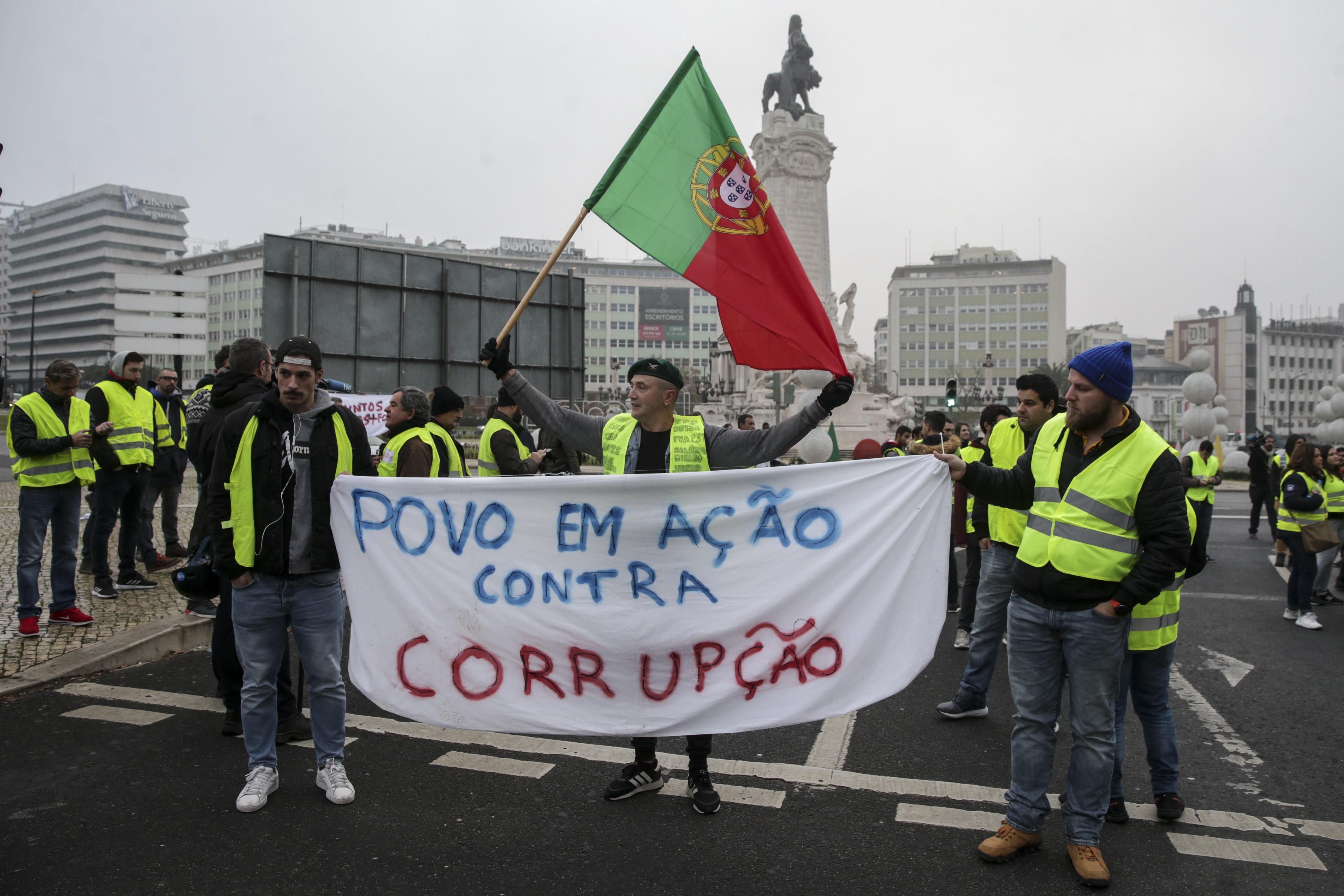 Coletes amarelos tentam bloquear trânsito no Marquês de Pombal