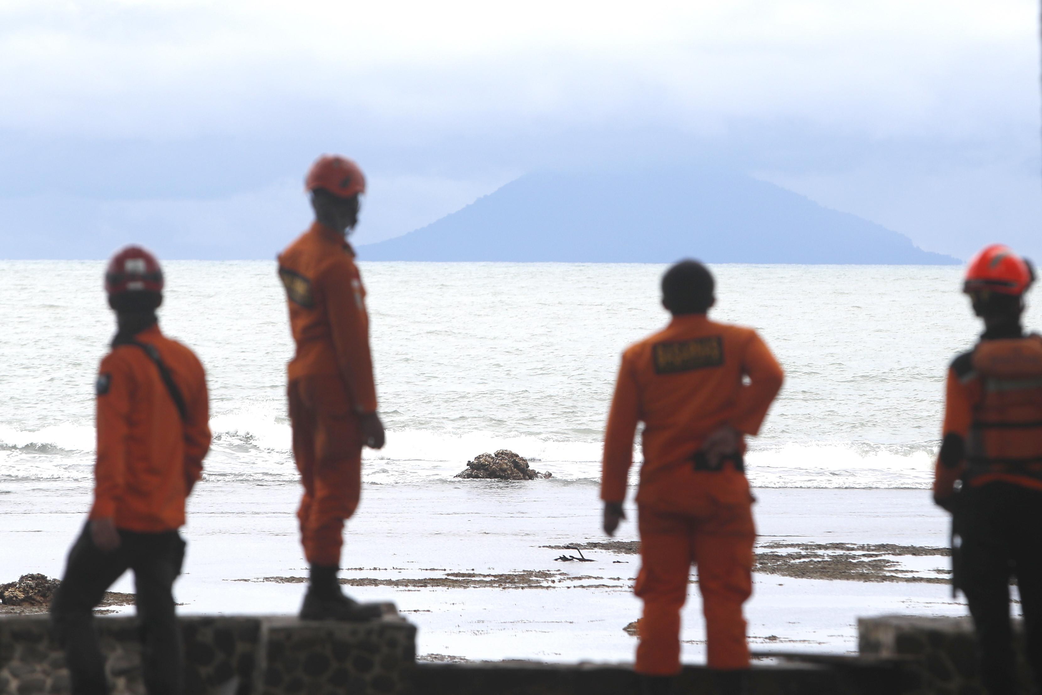 Autoridades indonésias elevam nível de alerta do vulcão Anak Krakatoa