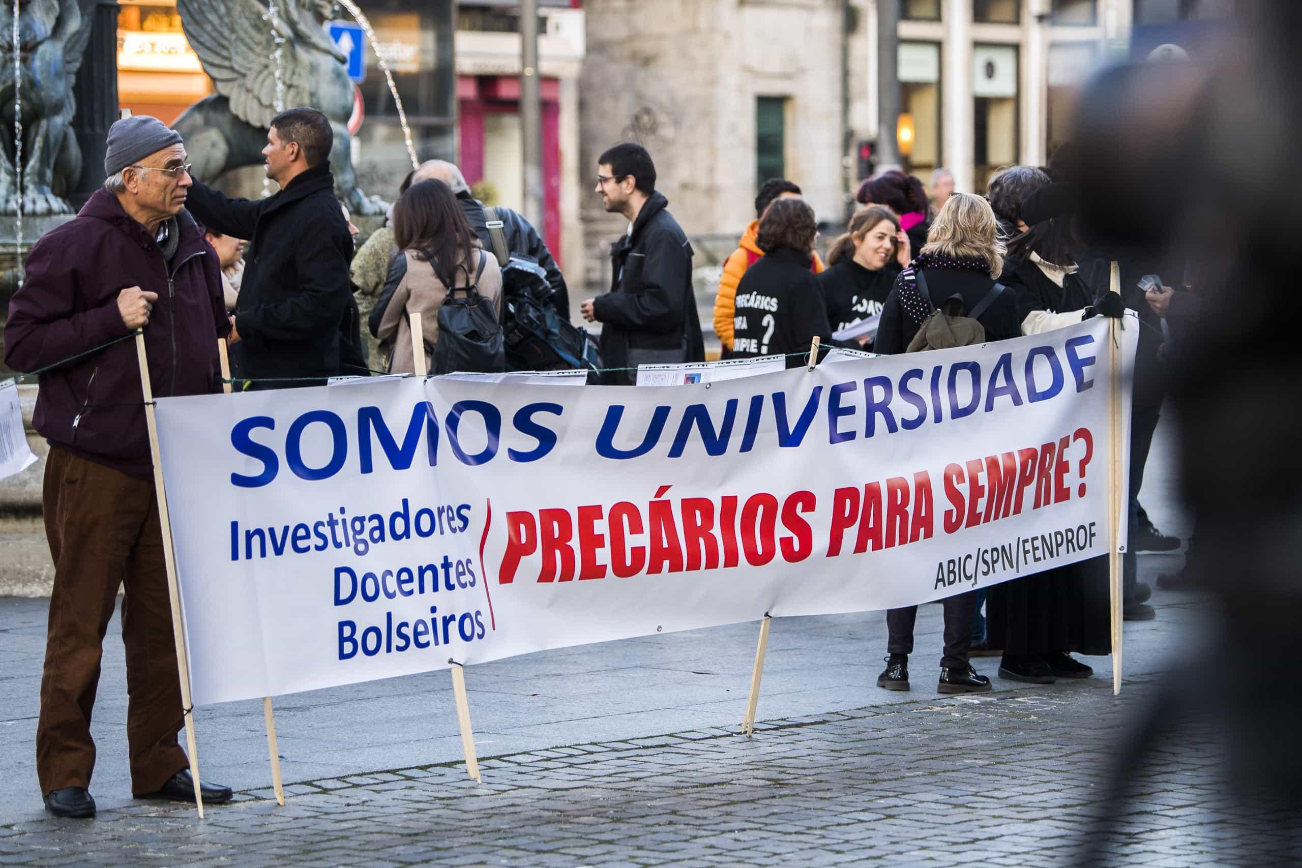 Precários da U.Porto desesperados com chumbo no PREVPAP começam a emigrar