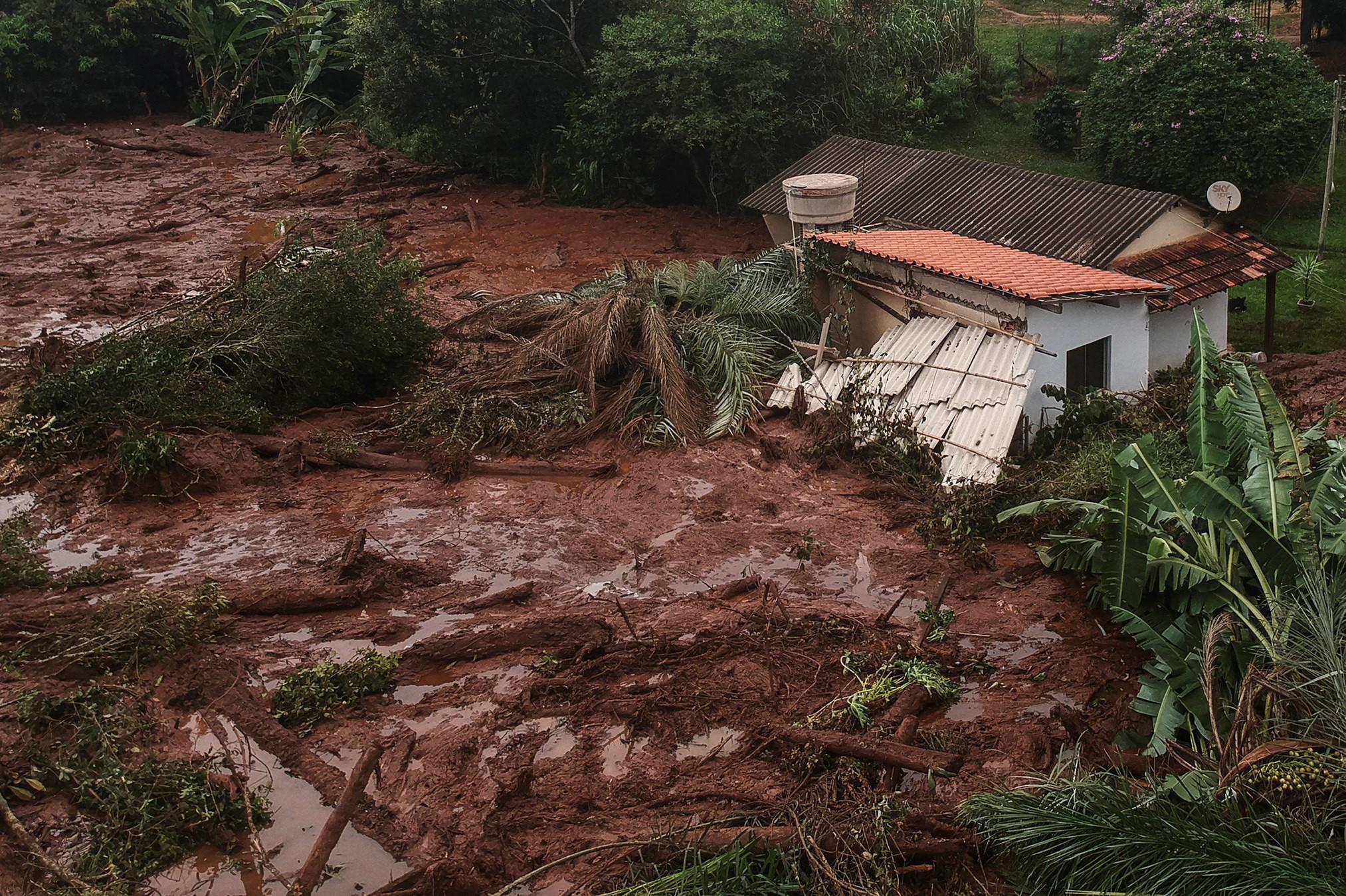 Número de mortos em rutura de barragem no Brasil volta a subir
