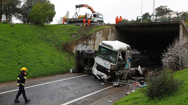 Camião cai de viaduto na A5 e causa a morte a condutor