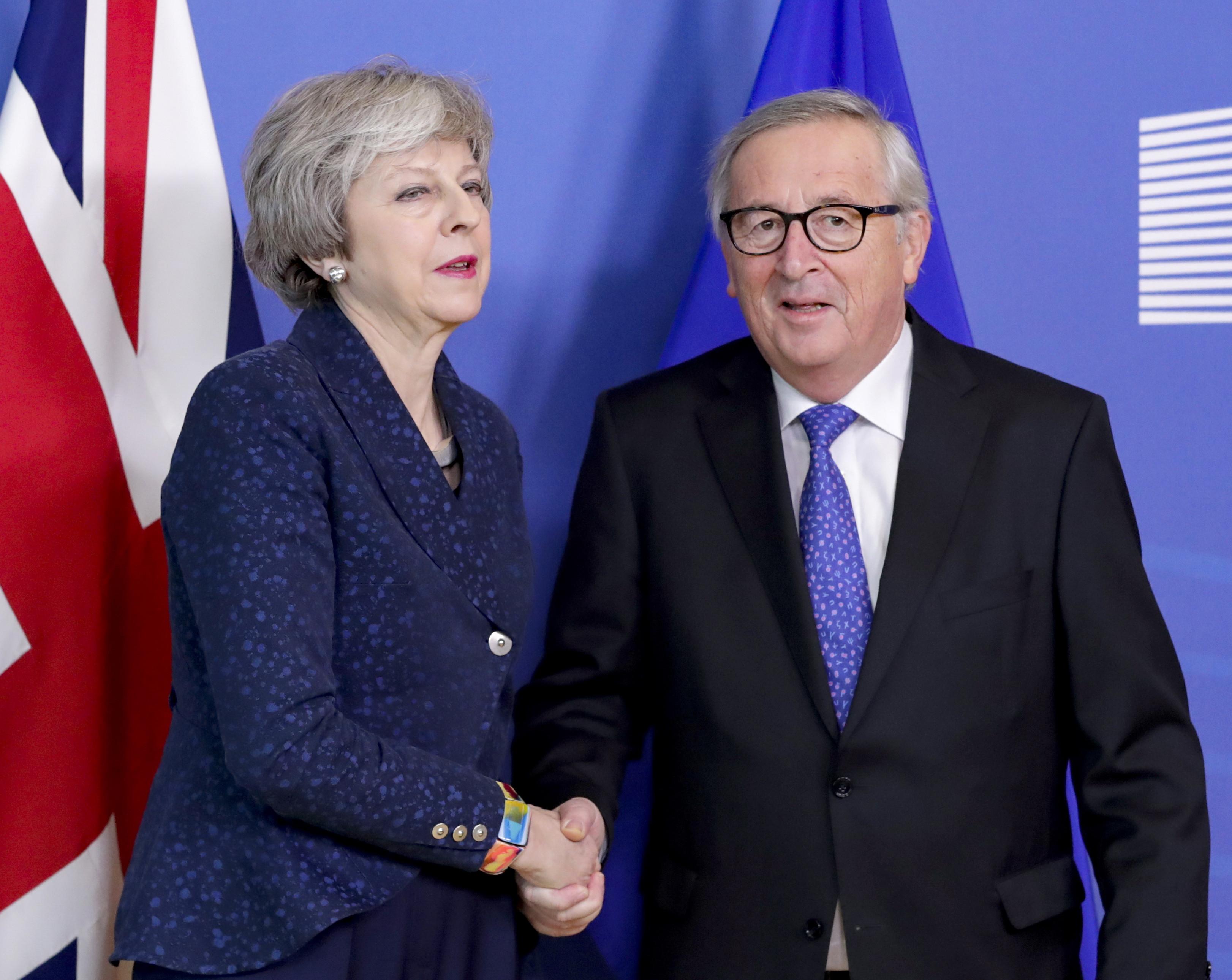 Theresa May reúne-se hoje em Bruxelas com Jean-Claude Juncker