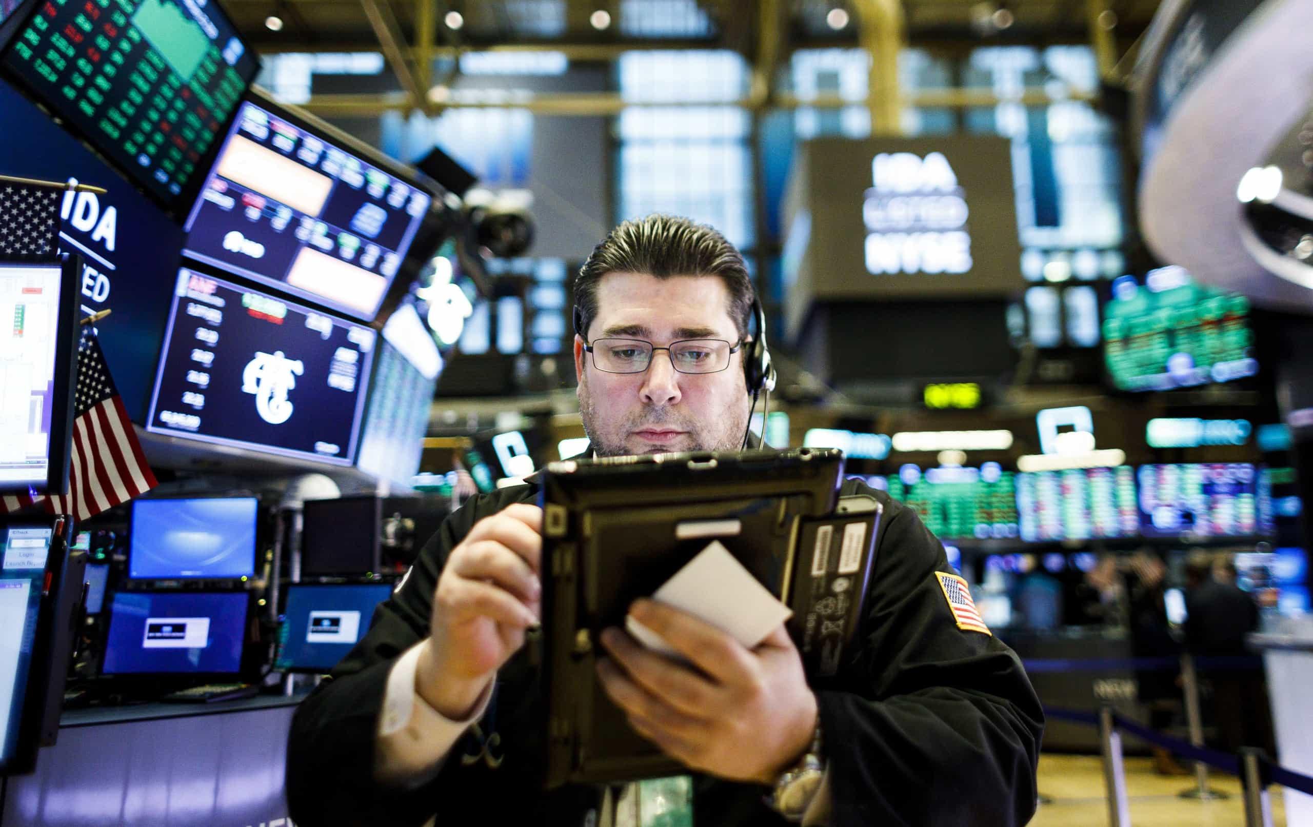 Wall Street fecha em baixa com estatísticas fracas