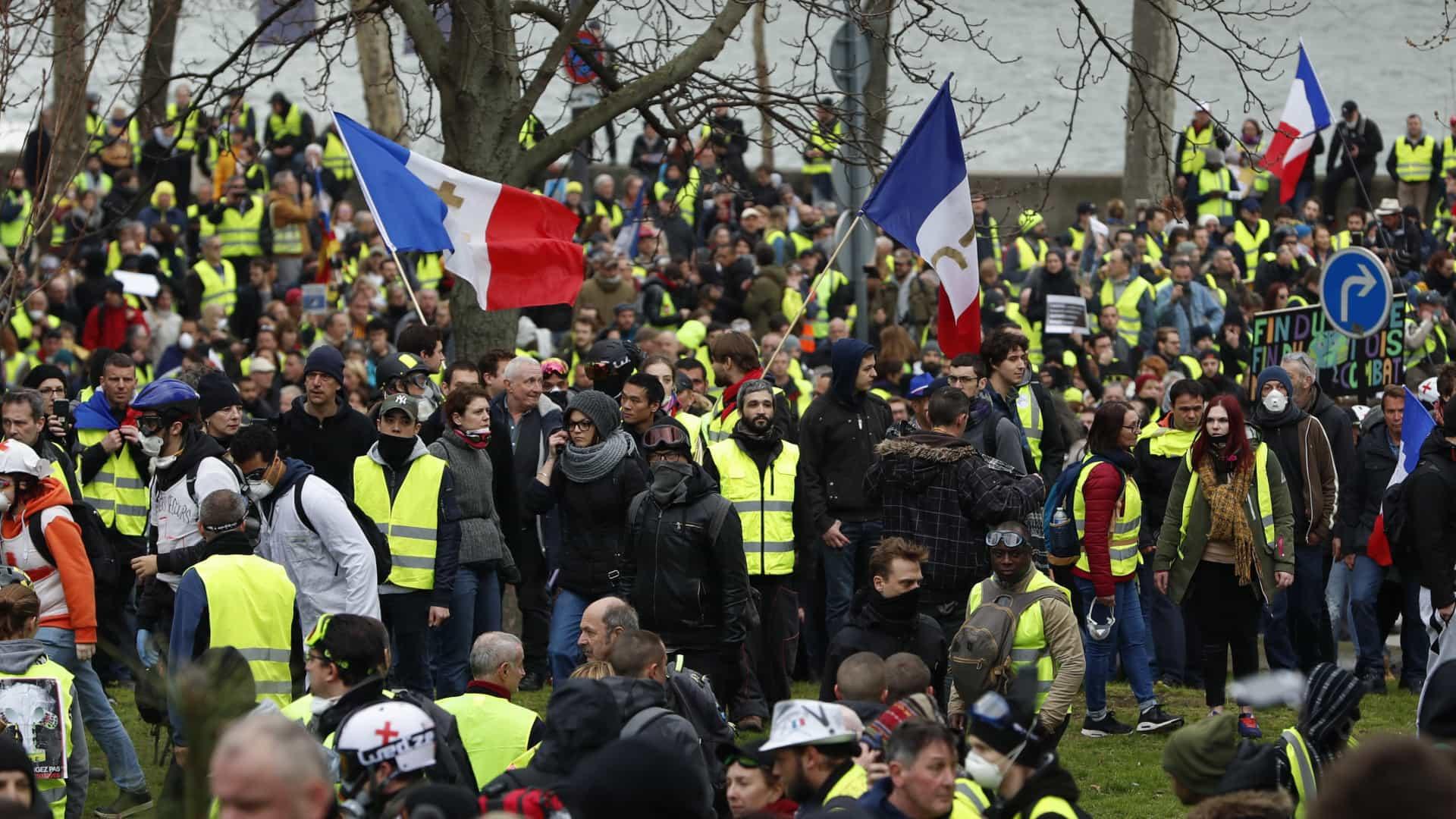 Coletes amarelos iniciam hoje bloqueio de Paris durante três dias